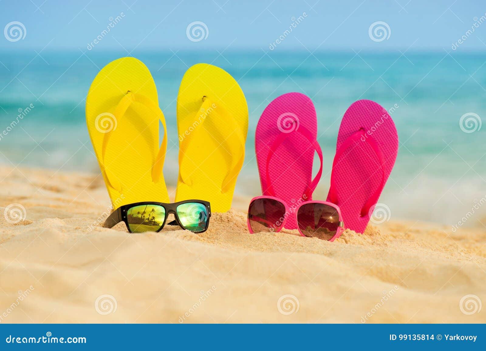 I Vetri Con I Sandali Gialli E Rosa Stanno Nella Sabbia Contro Lo