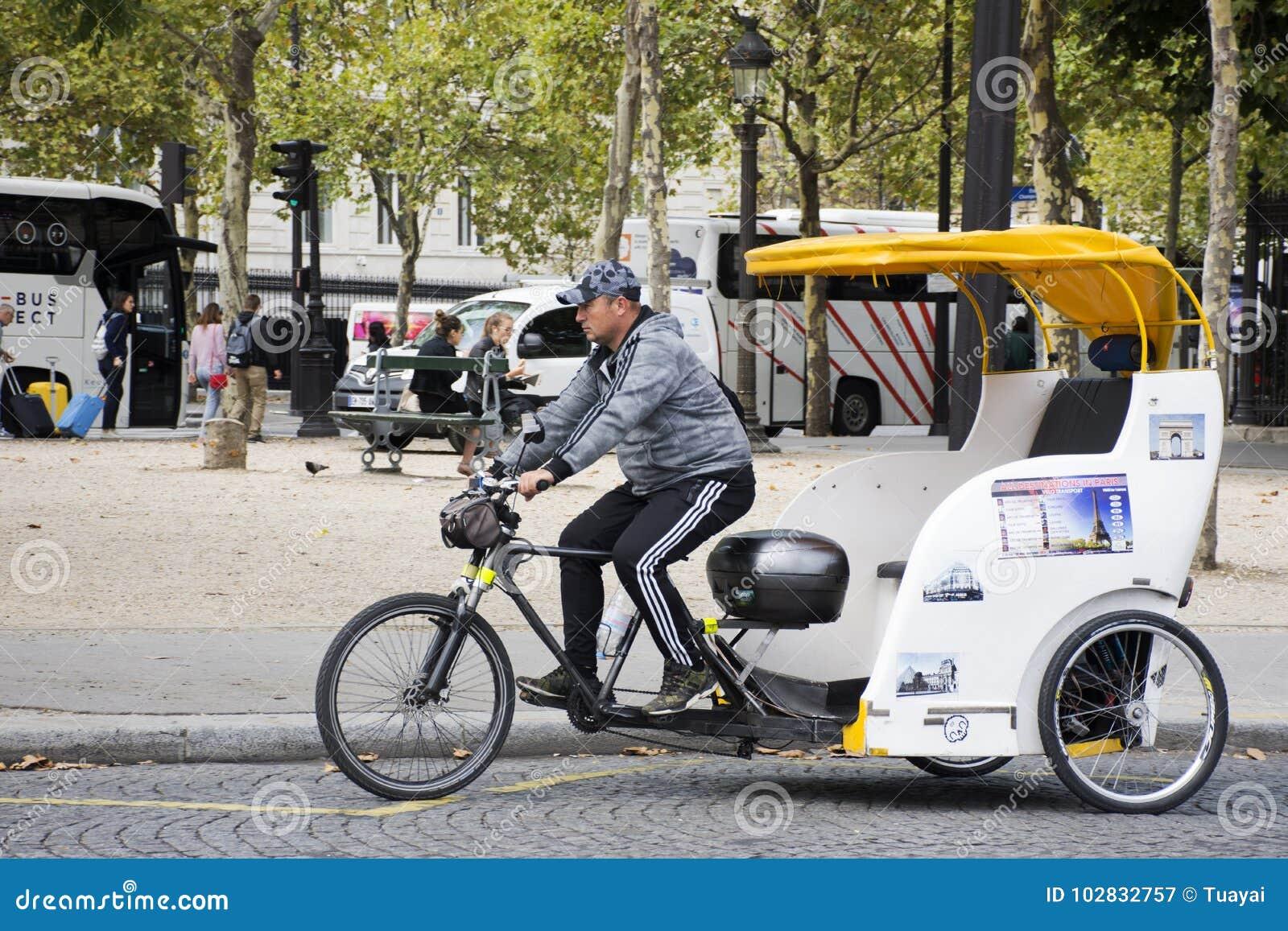 I Viaggiatori Aspettanti Della Gente Di Ciclismo Del Risciò Francese