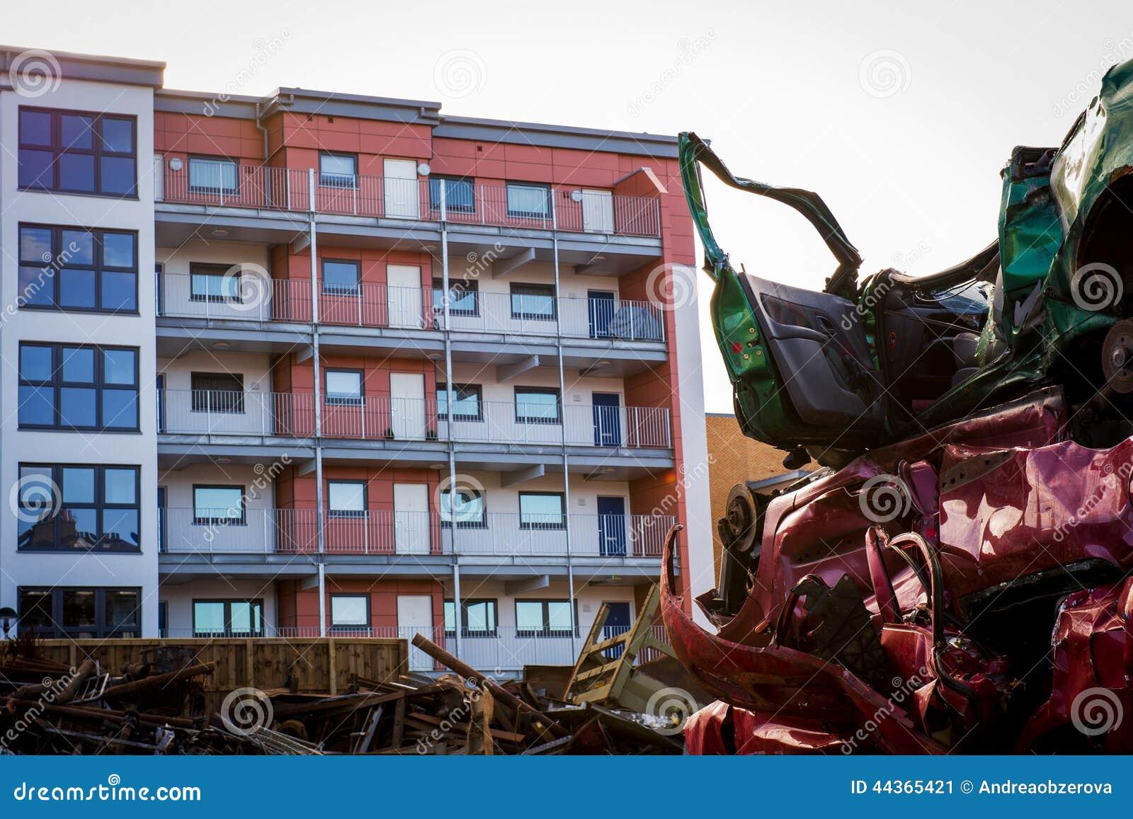 Iarda del relitto dell automobile con edificio residenziale nella grande prossimità