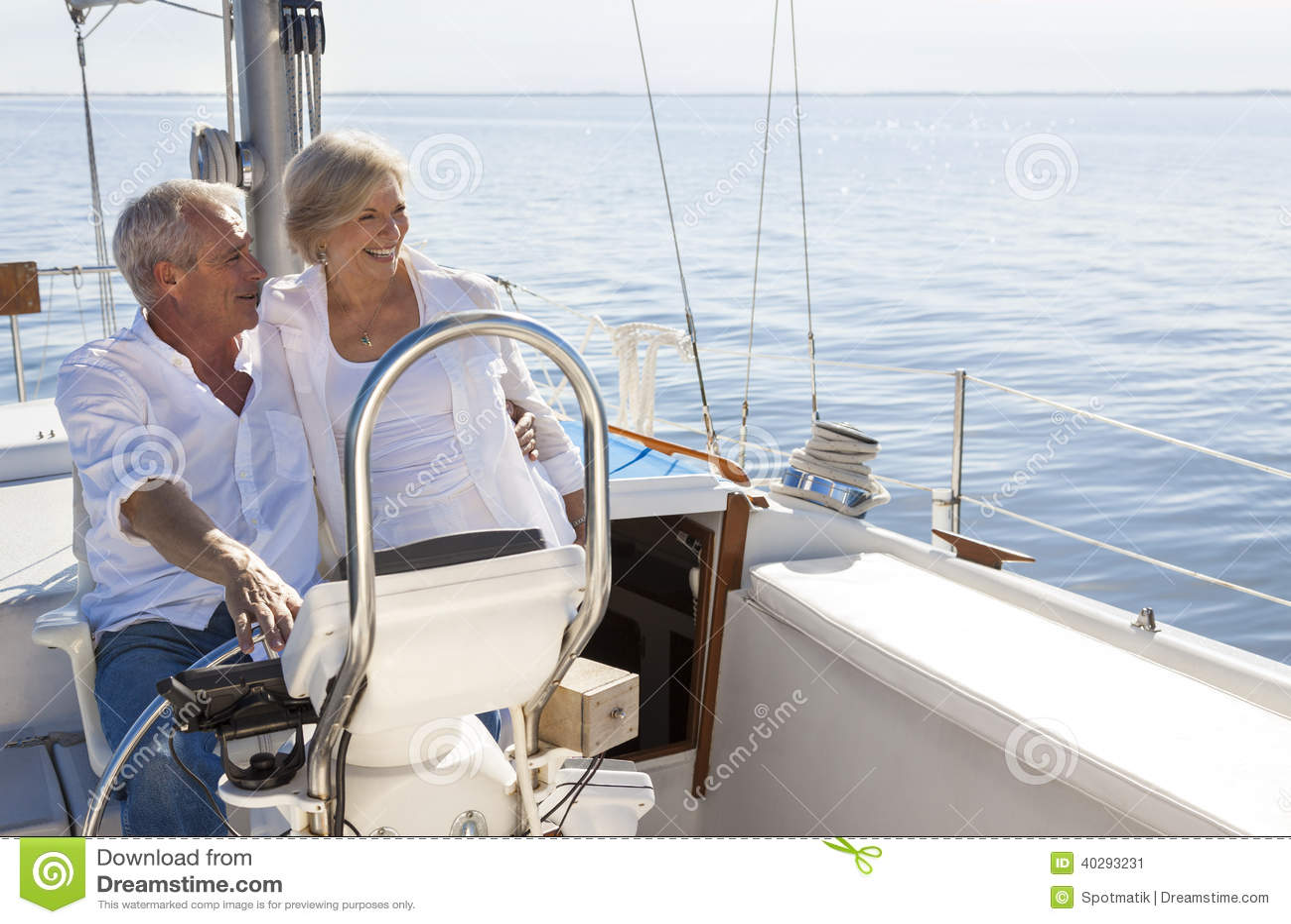 Iate da navigação dos pares ou barco de vela superior feliz