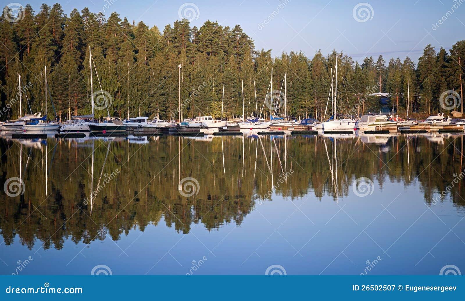 Iate e barcos de prazer no porto pequeno
