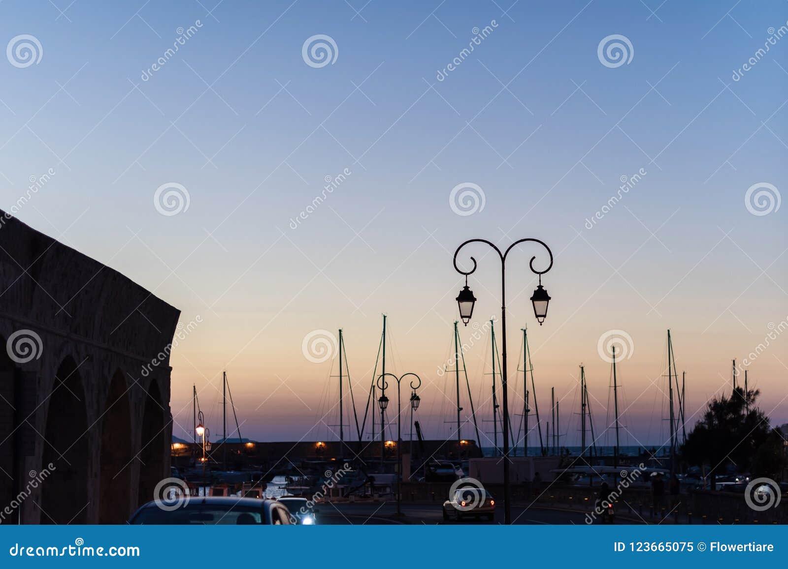 Iate e ferryboat no nascer do sol no porto de Heraklion Vista panorâmico e superior Ilha crete, greece