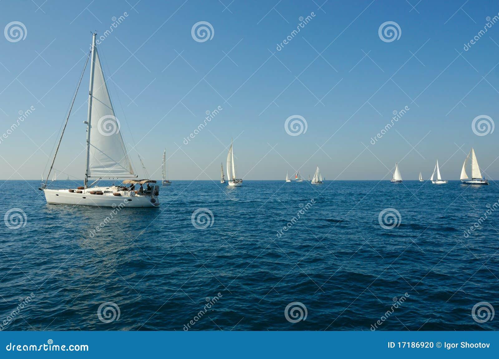 Iate em um mar