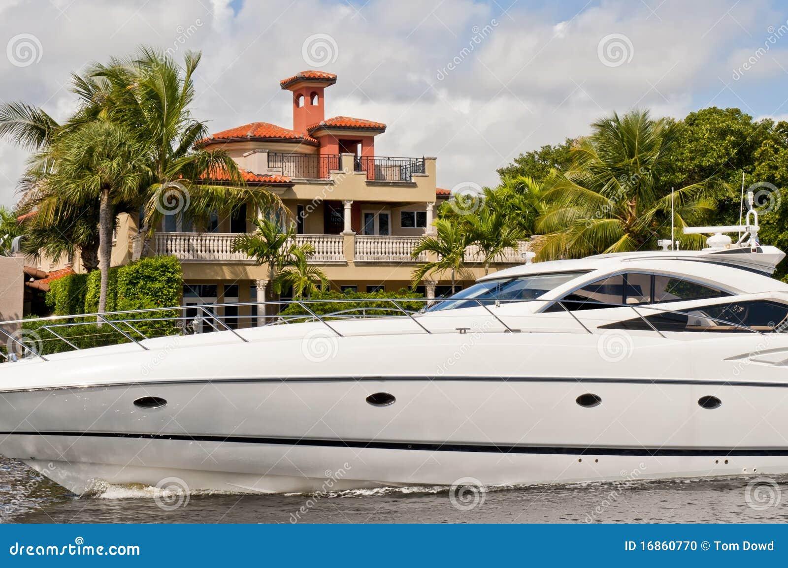 Iate luxuoso no canal de Florida