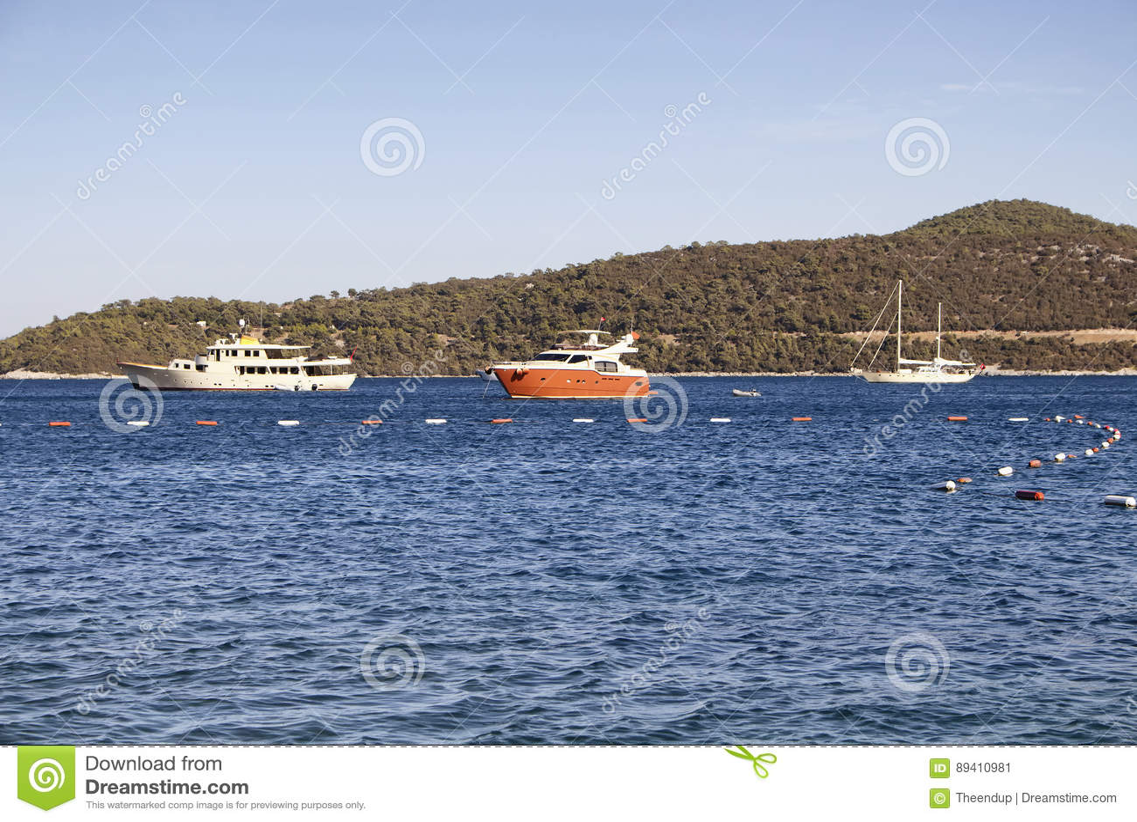 Iate luxuosos estacionados na baía de Turkbuku