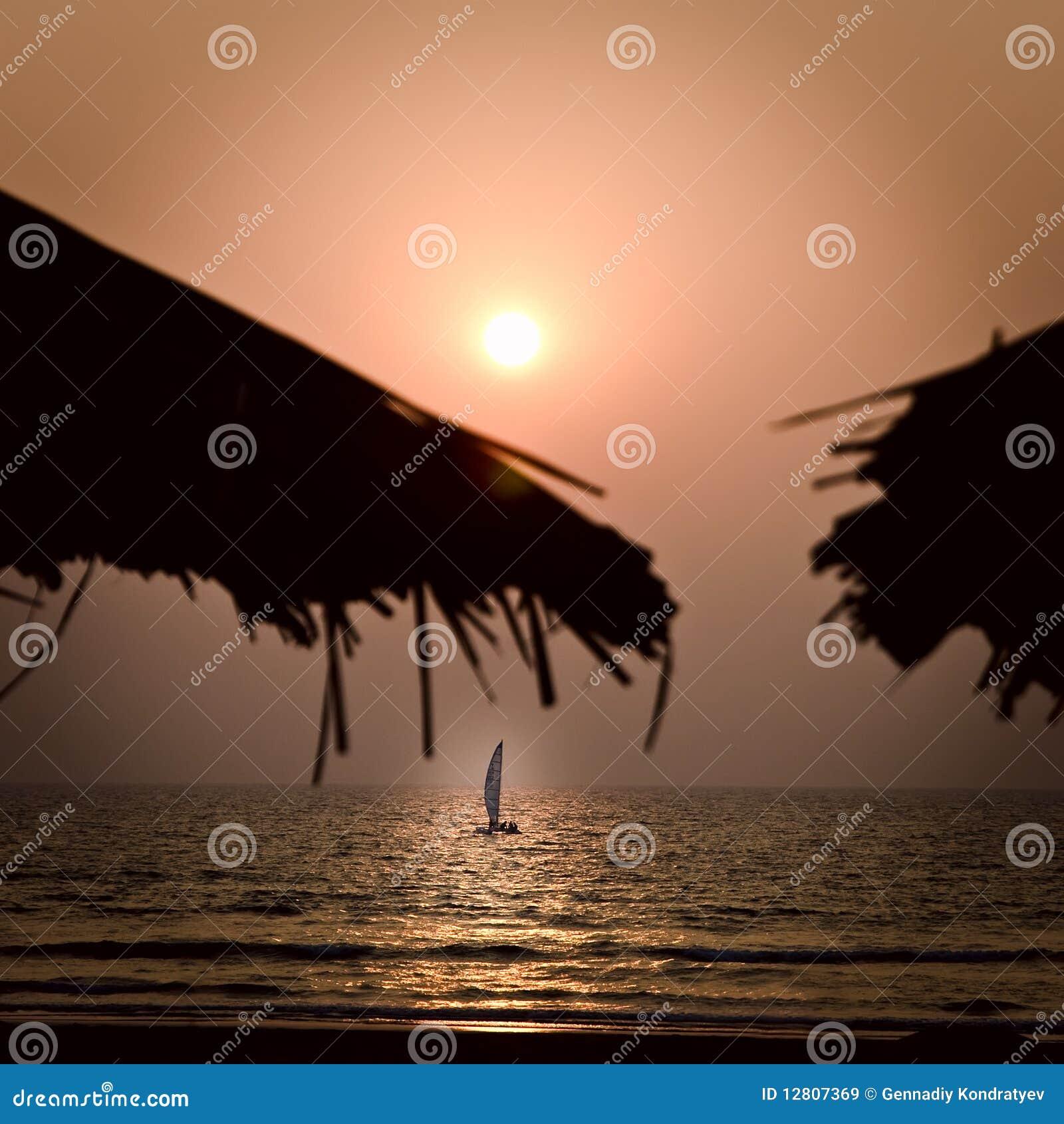 Iate no por do sol no mar