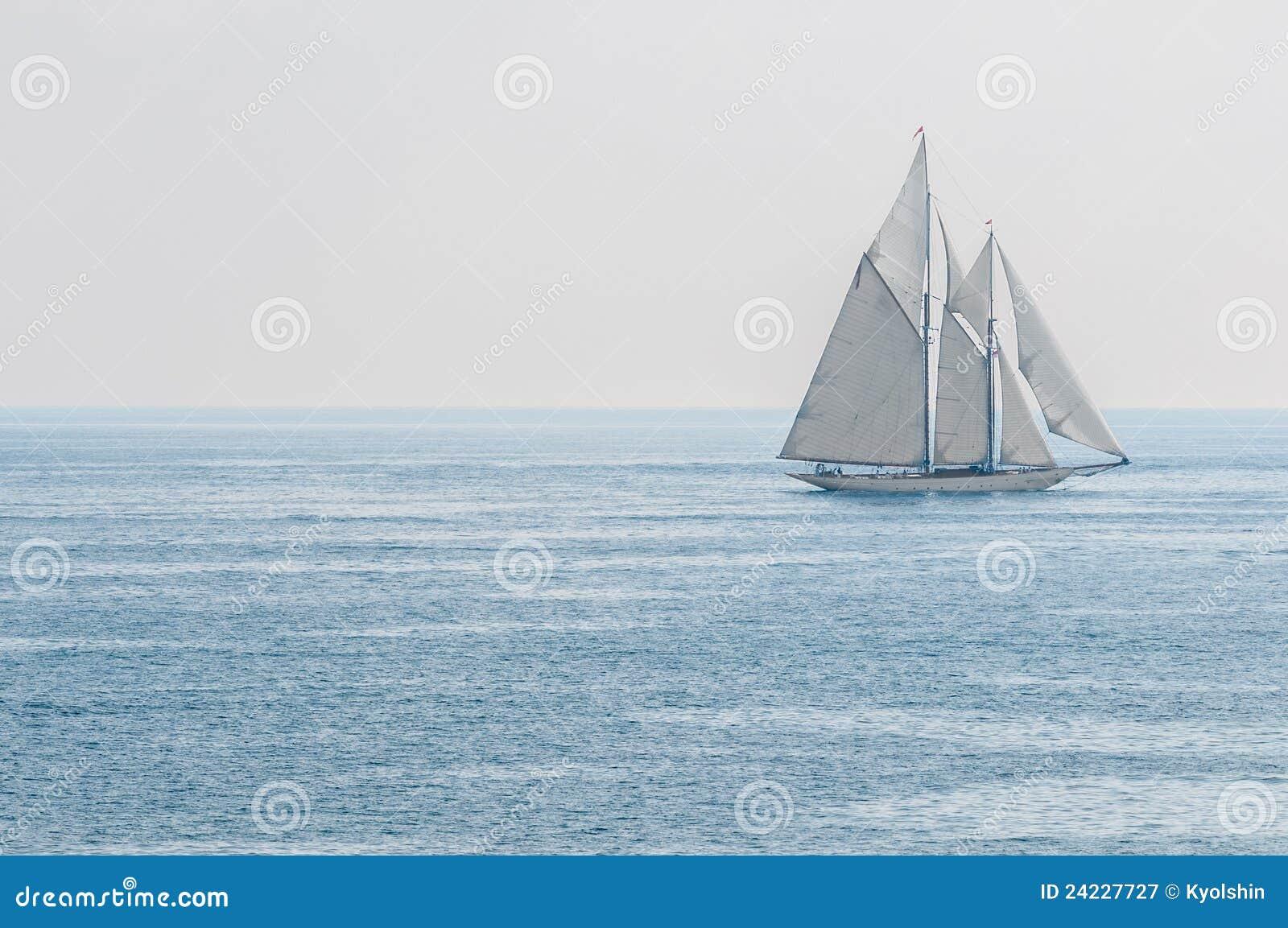 Iate que navega o mar