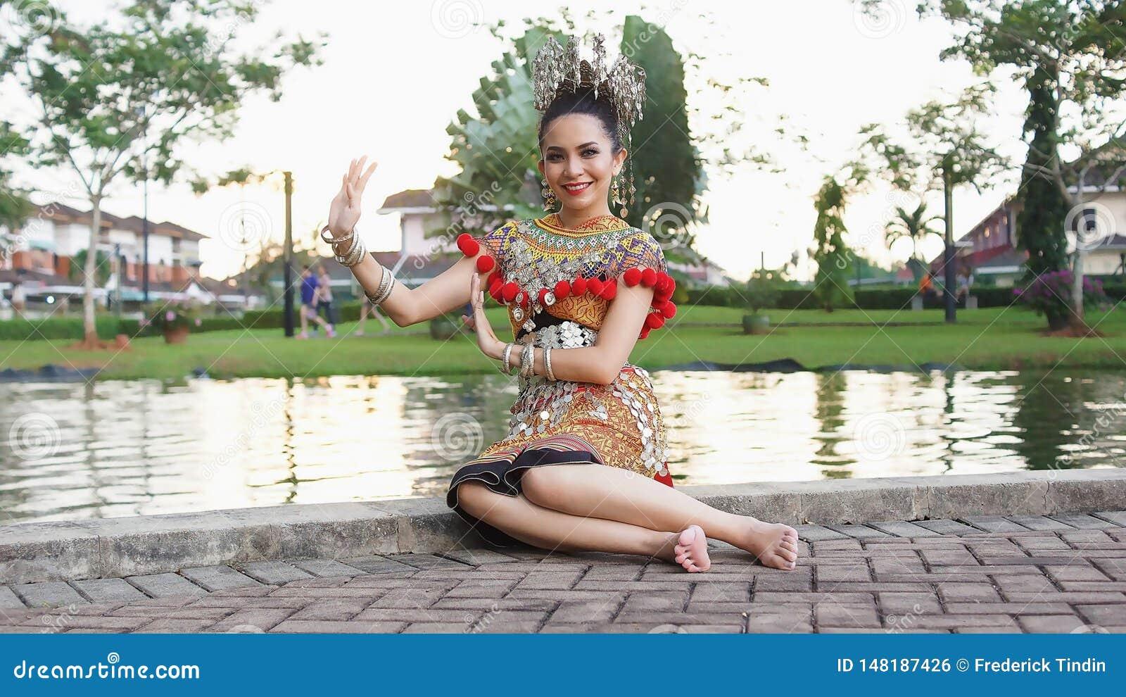 Iban dama Jest ubranym Jej Tradycyjnego kostium