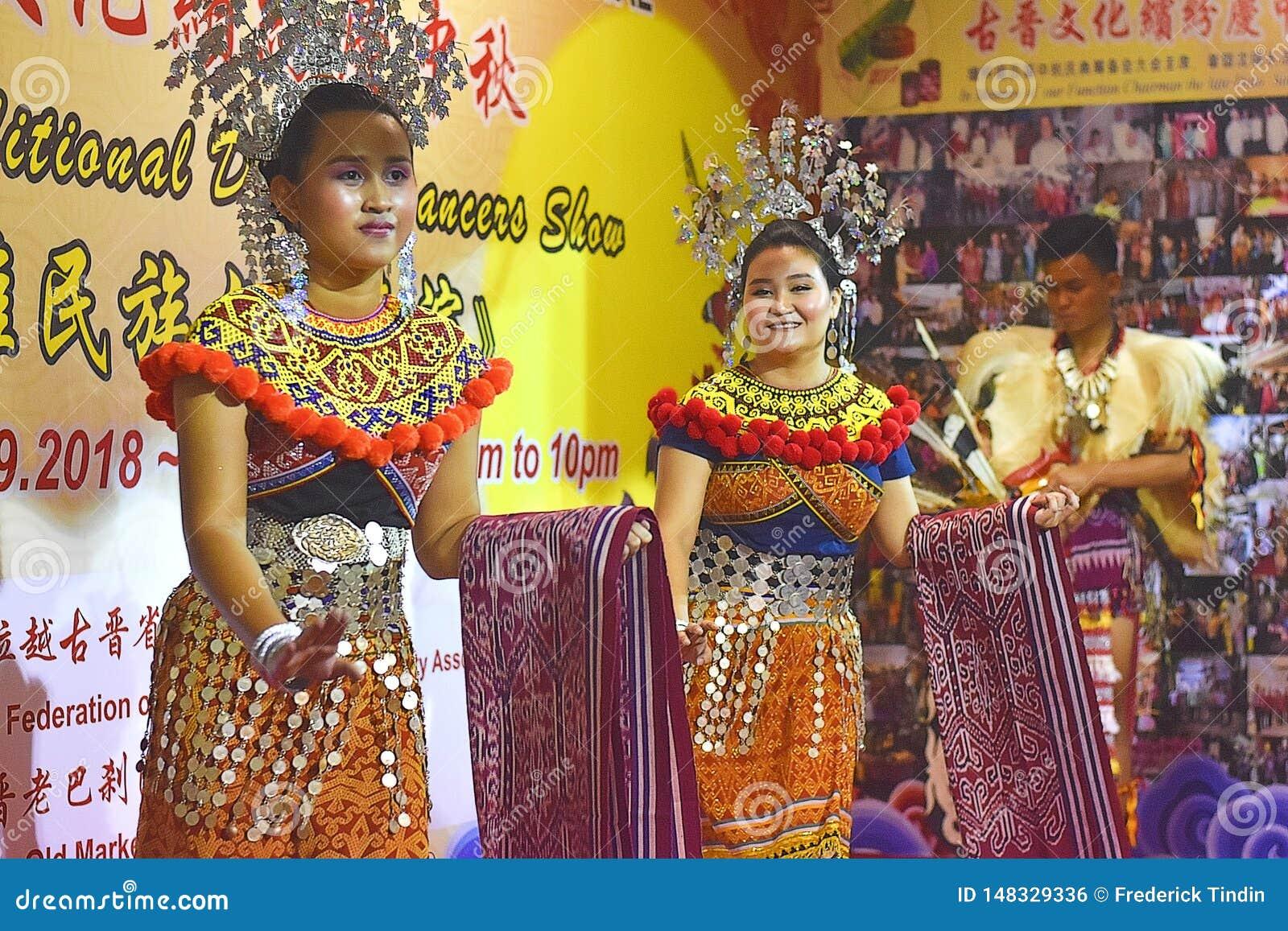 Iban damy Wykonuje Tradycyjnego tana Podczas Kuching Mooncake festiwalu W Kuching, Sarawak
