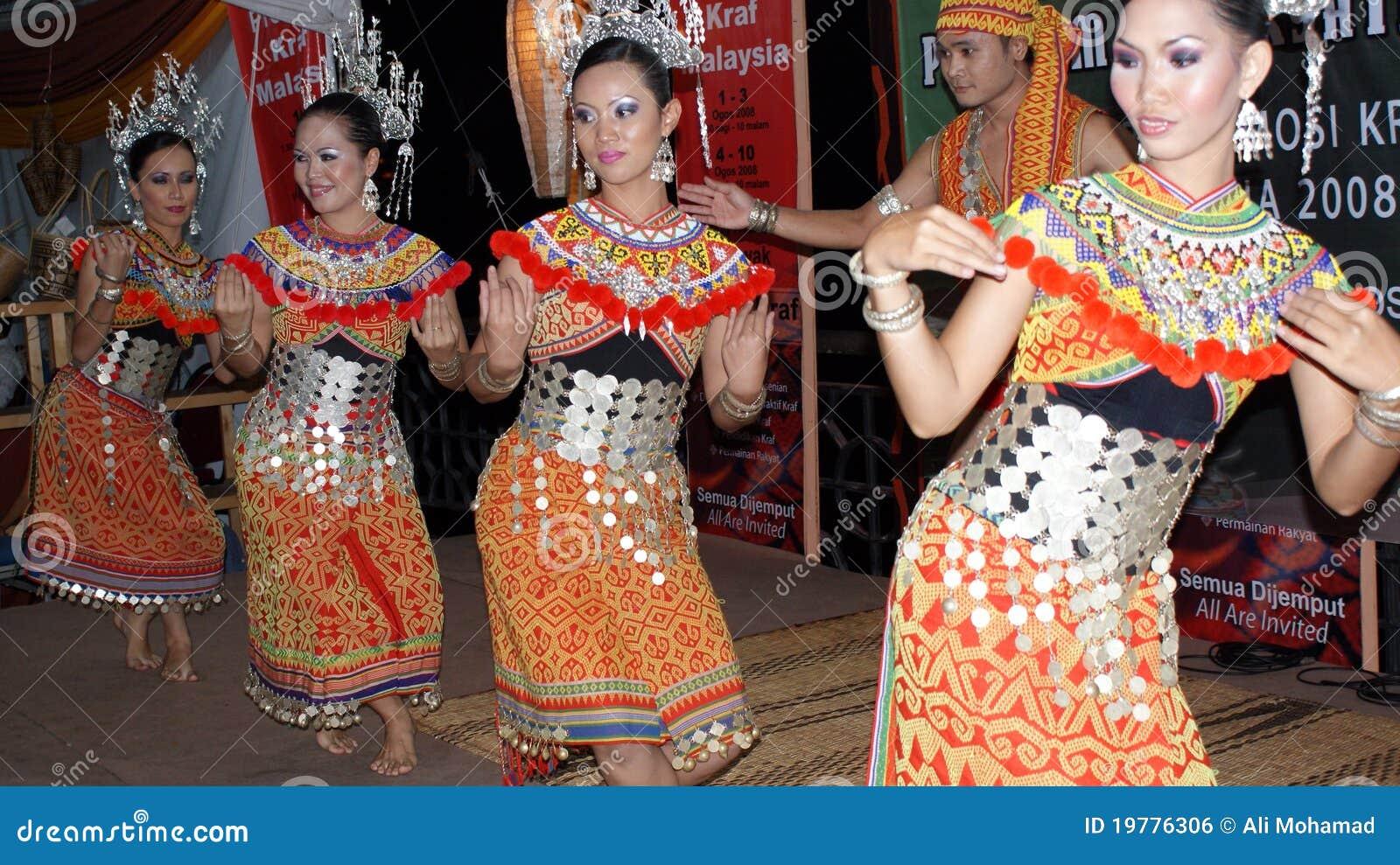 Iban dräktdansare deras traditionellt
