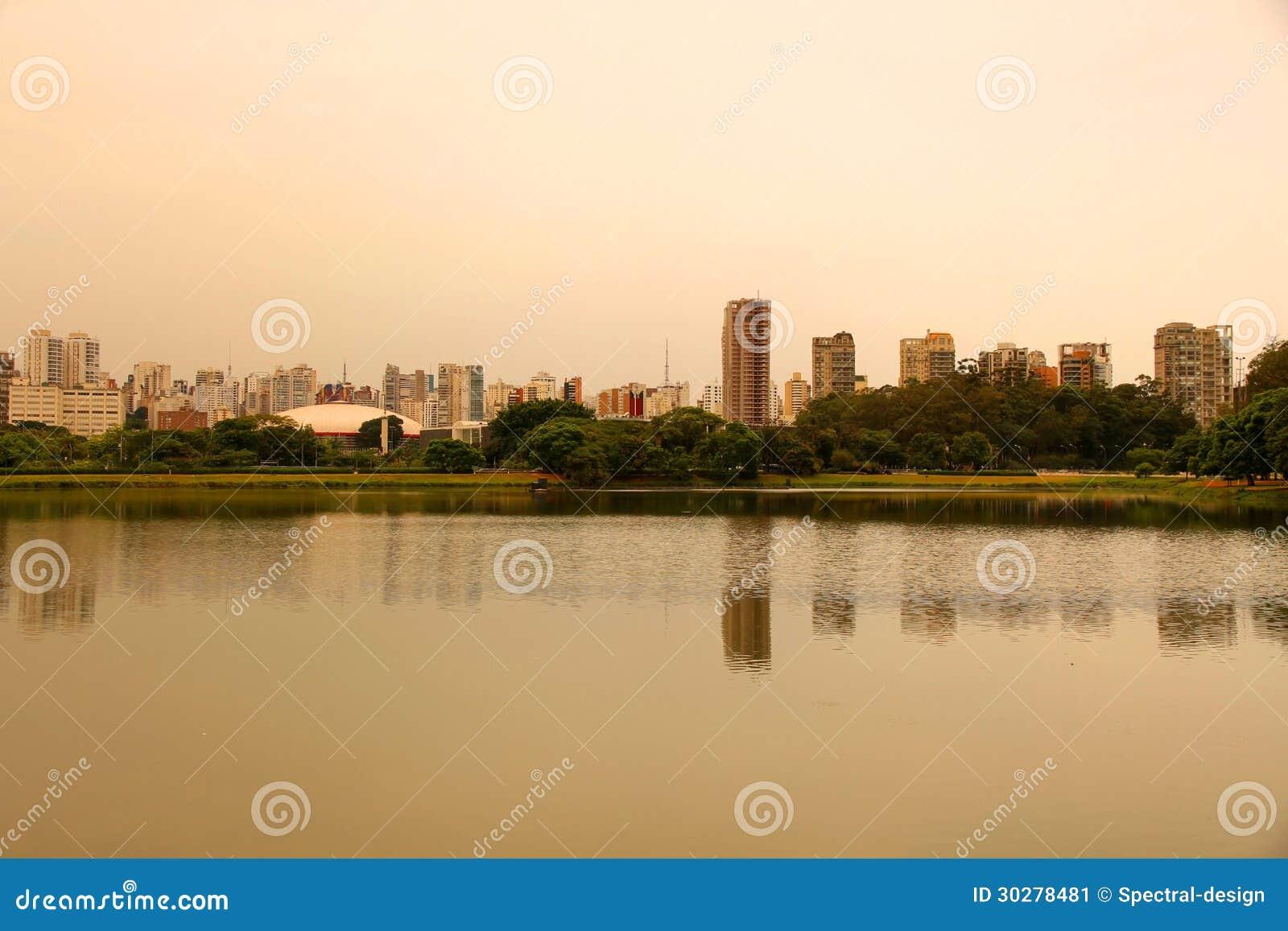 晚上在Ibirapuera公园在圣保罗