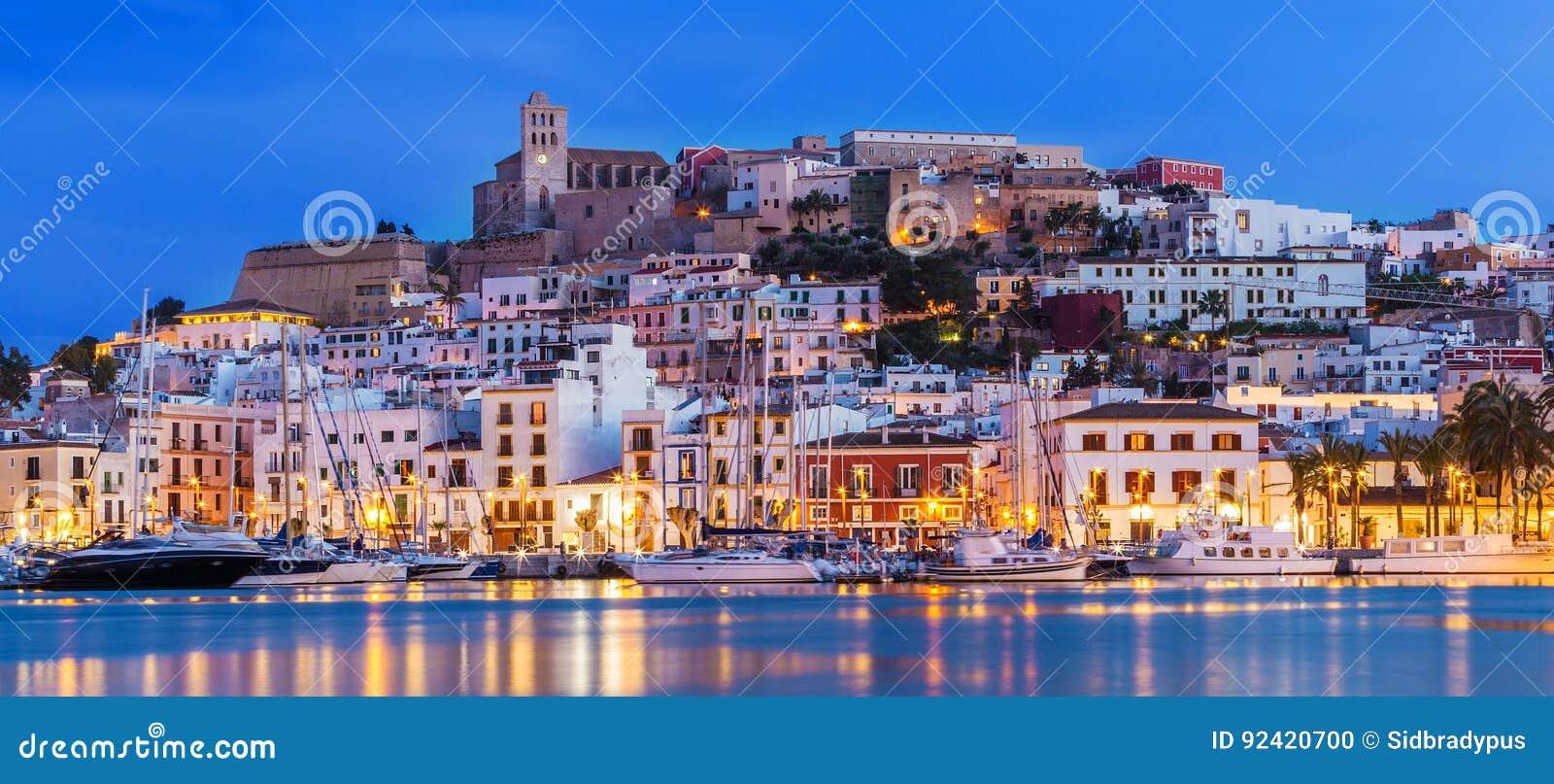 Ibiza Dalt Vila du centre la nuit avec des réflexions de la lumière dans l eau, Ibiza, Espagne