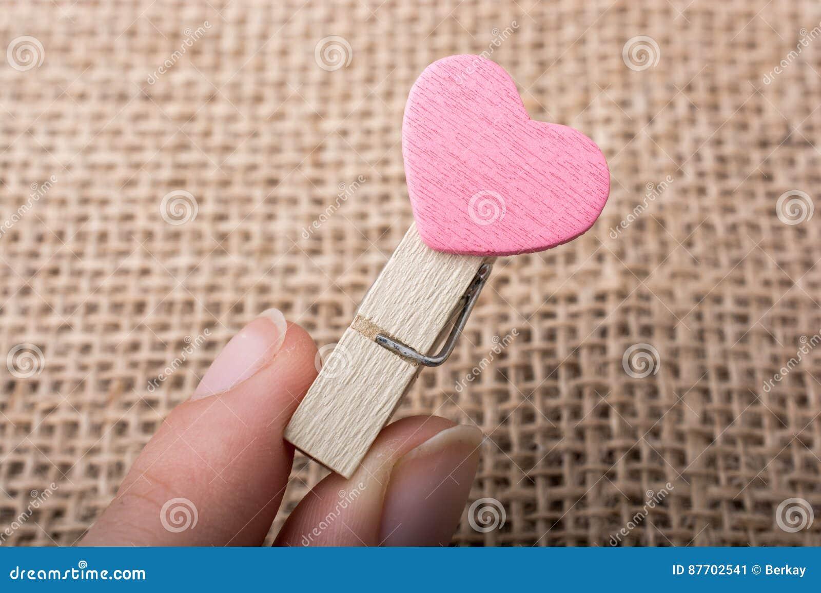 Icône de forme de coeur attachée à la pince à linge