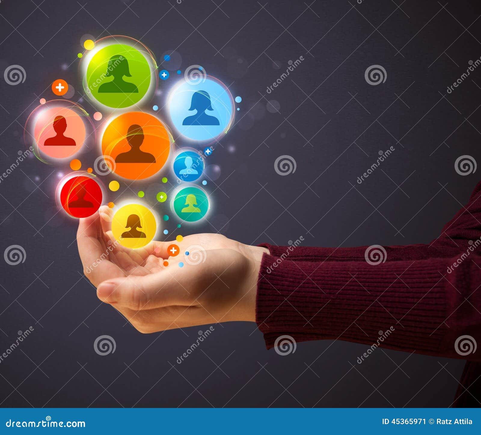 Icônes sociales de réseau dans la main d une femme