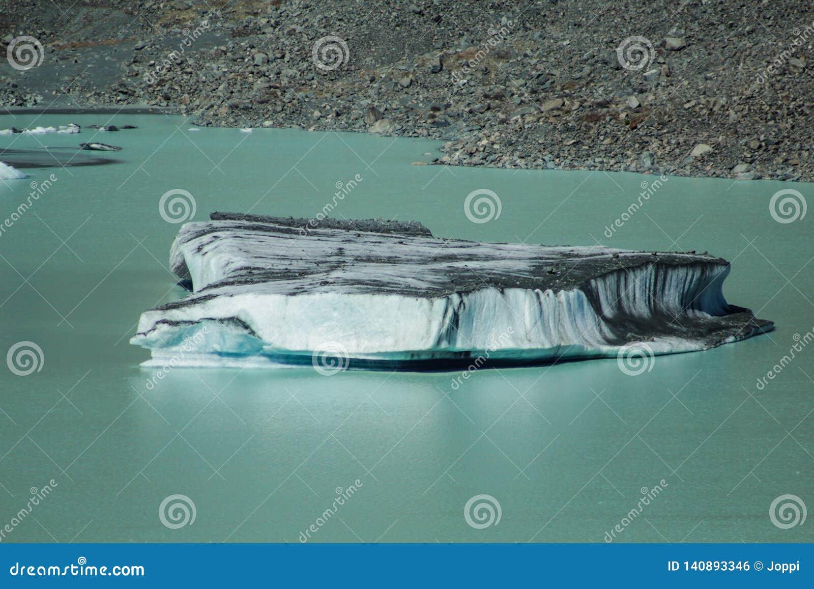 Iceberg de flutuação gigantes no lago glacier de Tasman no cozinheiro National Park da montagem de Aoraki, ilha sul de Nova Zelân