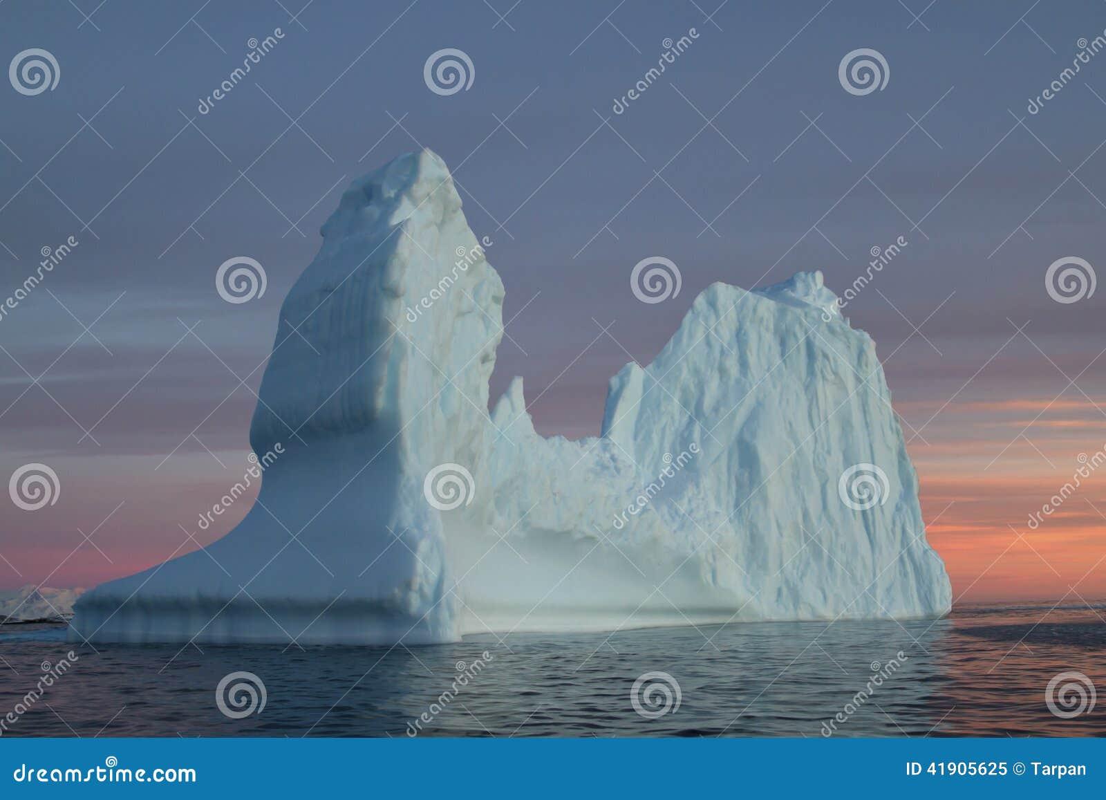 Iceberg en aguas antárticas en la puesta del sol