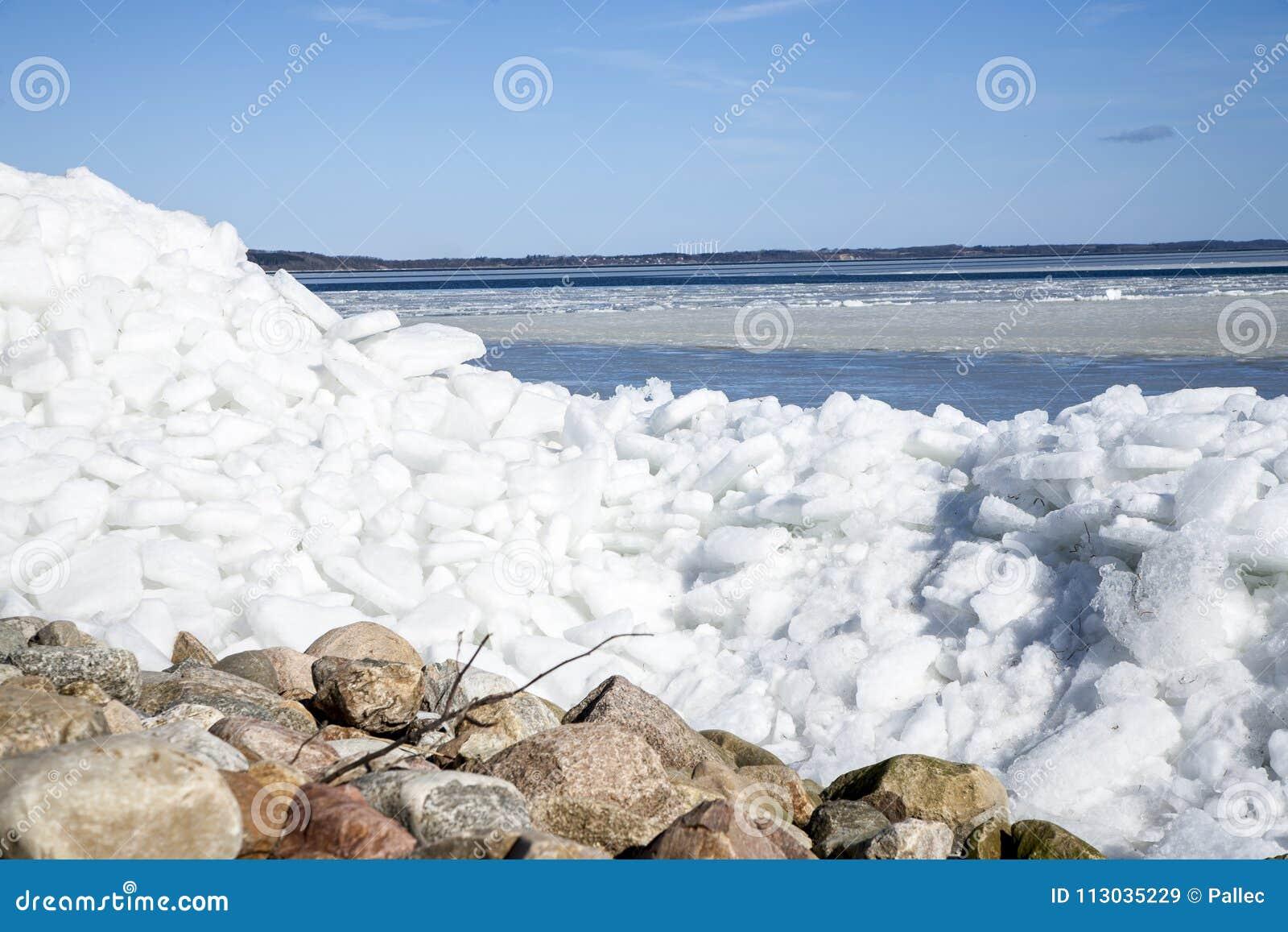Iceberg en la costa con el cielo azul arriba