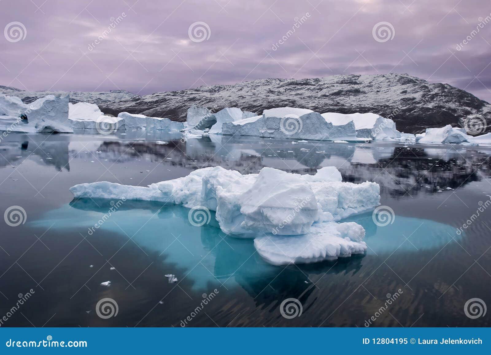 Iceberg que flutuam em greenland do leste