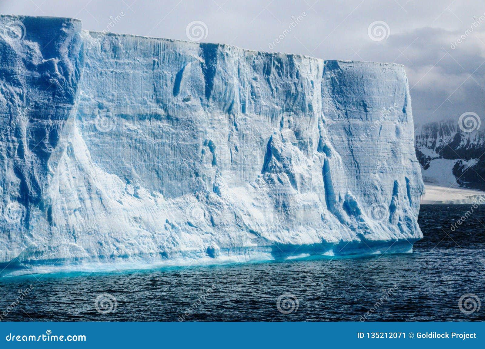 Iceberg tabulare gigante