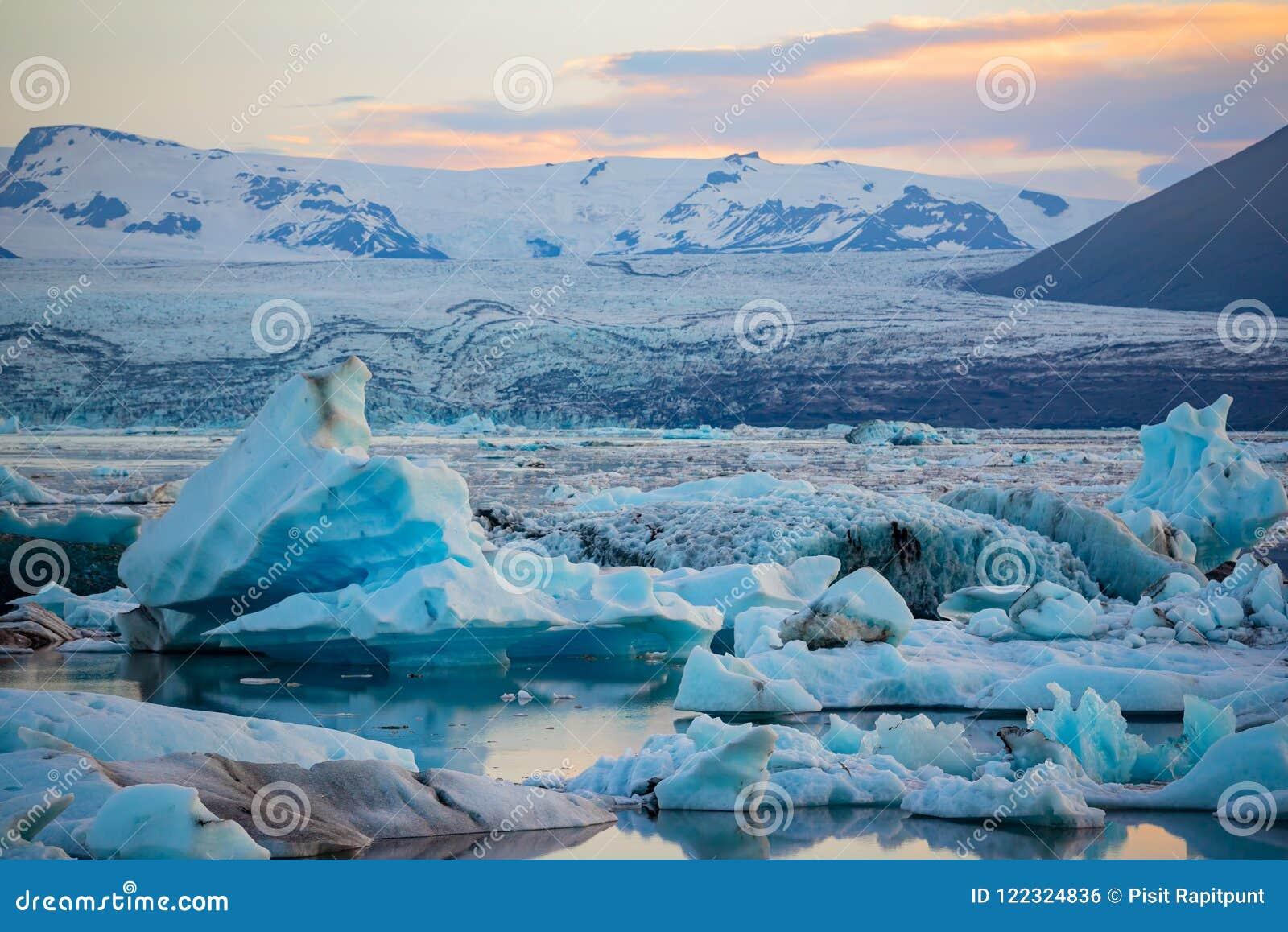 Icebergs en laguna del glaciar de Jokulsarlon Parque nacional de Vatnajokull, verano de Islandia Sol de medianoche