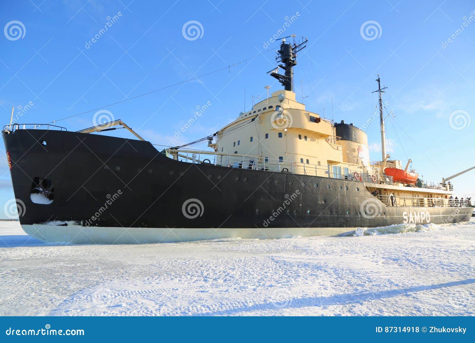 Icebreaker Sampo podczas unikalnego rejsu w zamarzniętym morzu bałtyckim