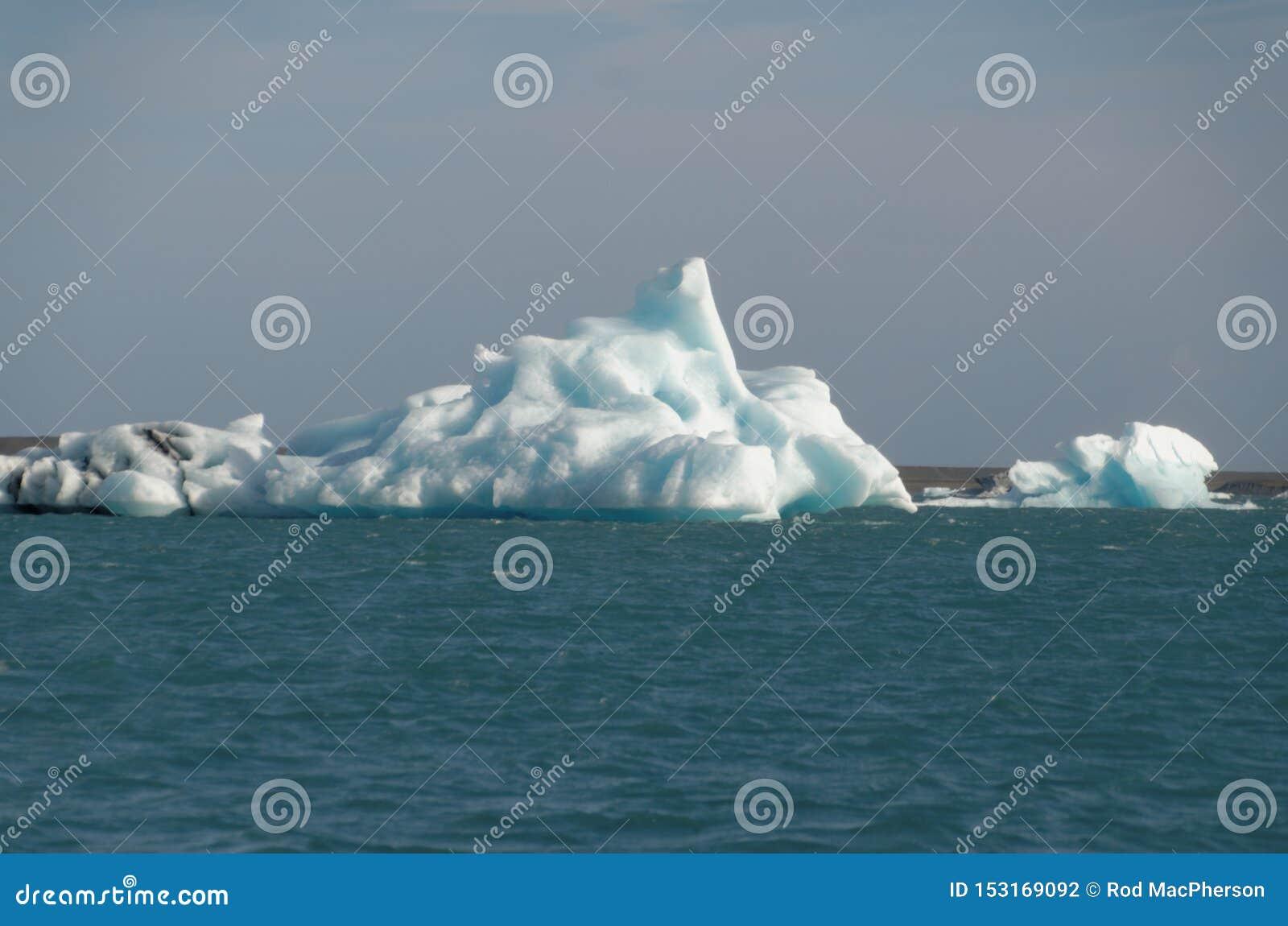 Iceburgs σε μια παγετώδη λιμνοθάλασσα