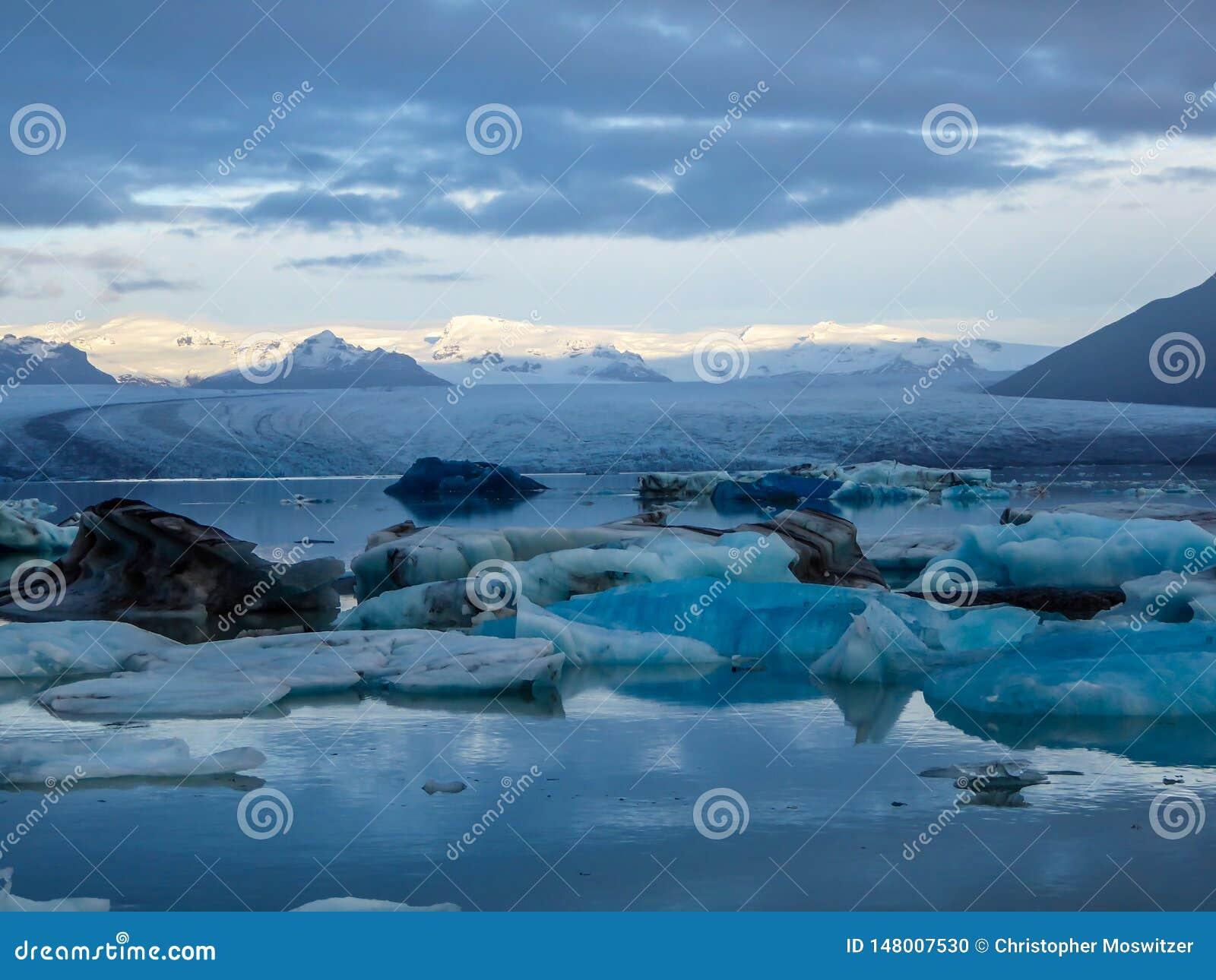 Iceland - lodowiec laguna z dryfuj?cymi g?rami lodowymi i lodowem w plecy