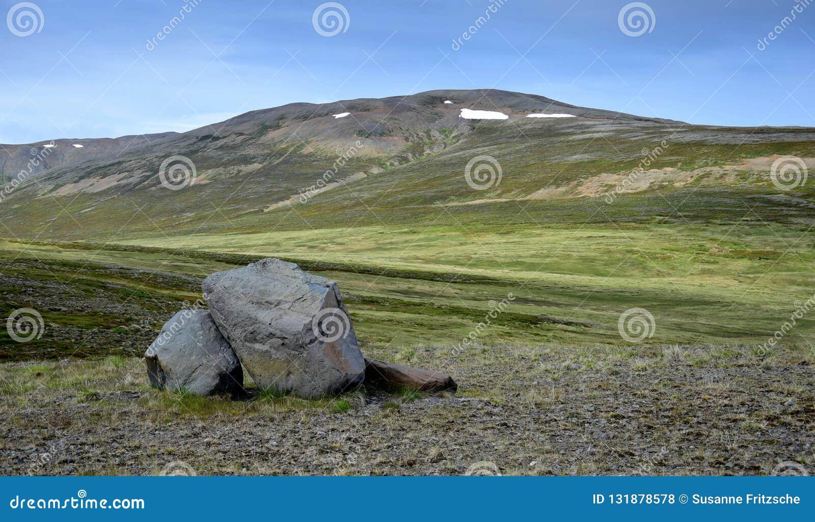 Icelandic ландшафт Холм с некоторыми утесами во фронте на полуострове Skagi