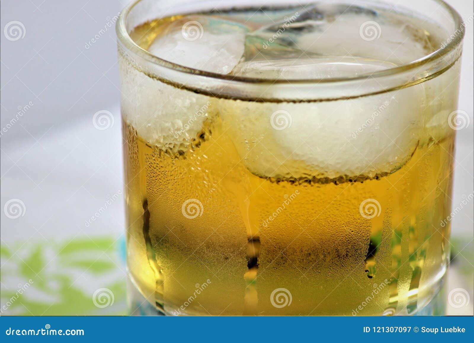 Icey kall uppfriskande drink med kondensation och is