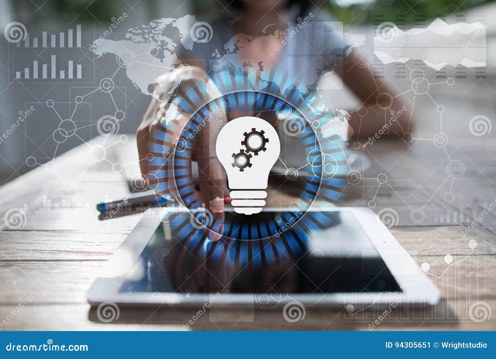 Icono de la lámpara en la pantalla virtual Solución del negocio Concepto social de los media