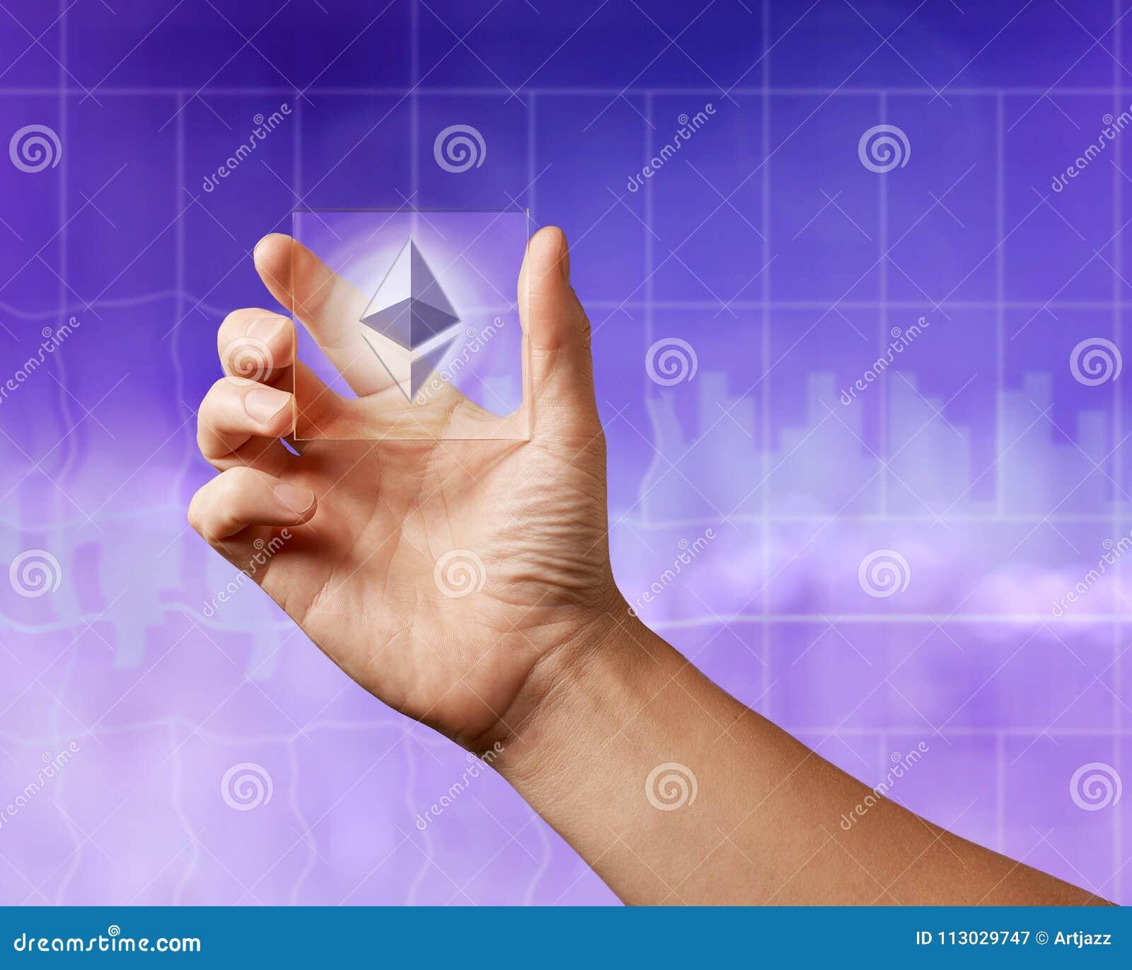 Icono del etereum en una pantalla digital transparente en el fondo ultravioleta de la ciudad