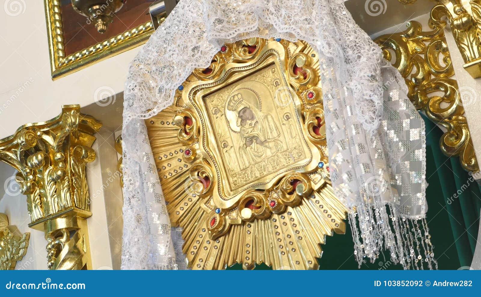 Iconostasi dorata ortodossa nella chiesa ortodossa