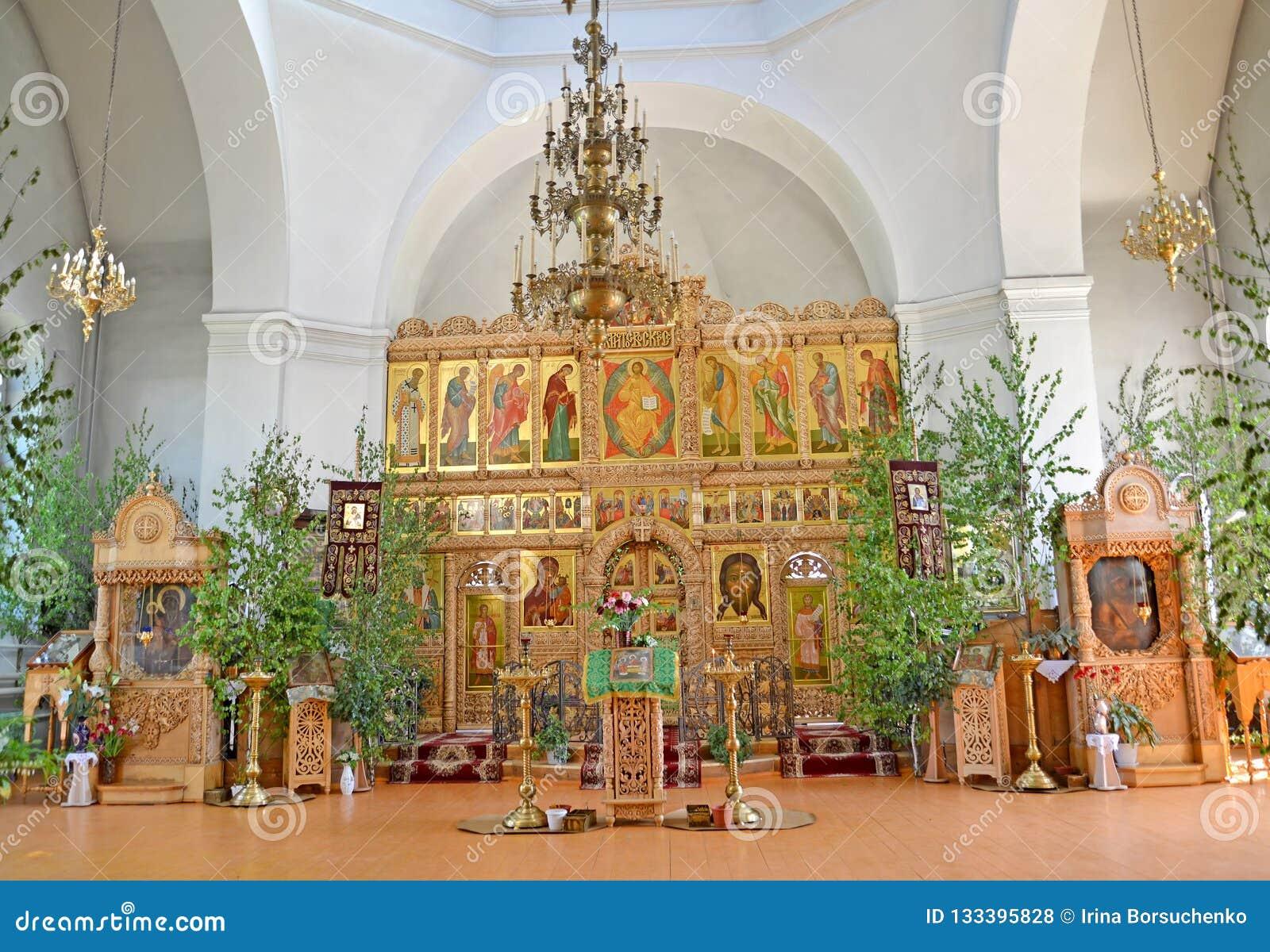Iconostasis und Kirchenmöbel des Tempels der Iverian-Th eotokos auf der Dreiheit Sonntag Rybinsk, Yaroslavl-Region
