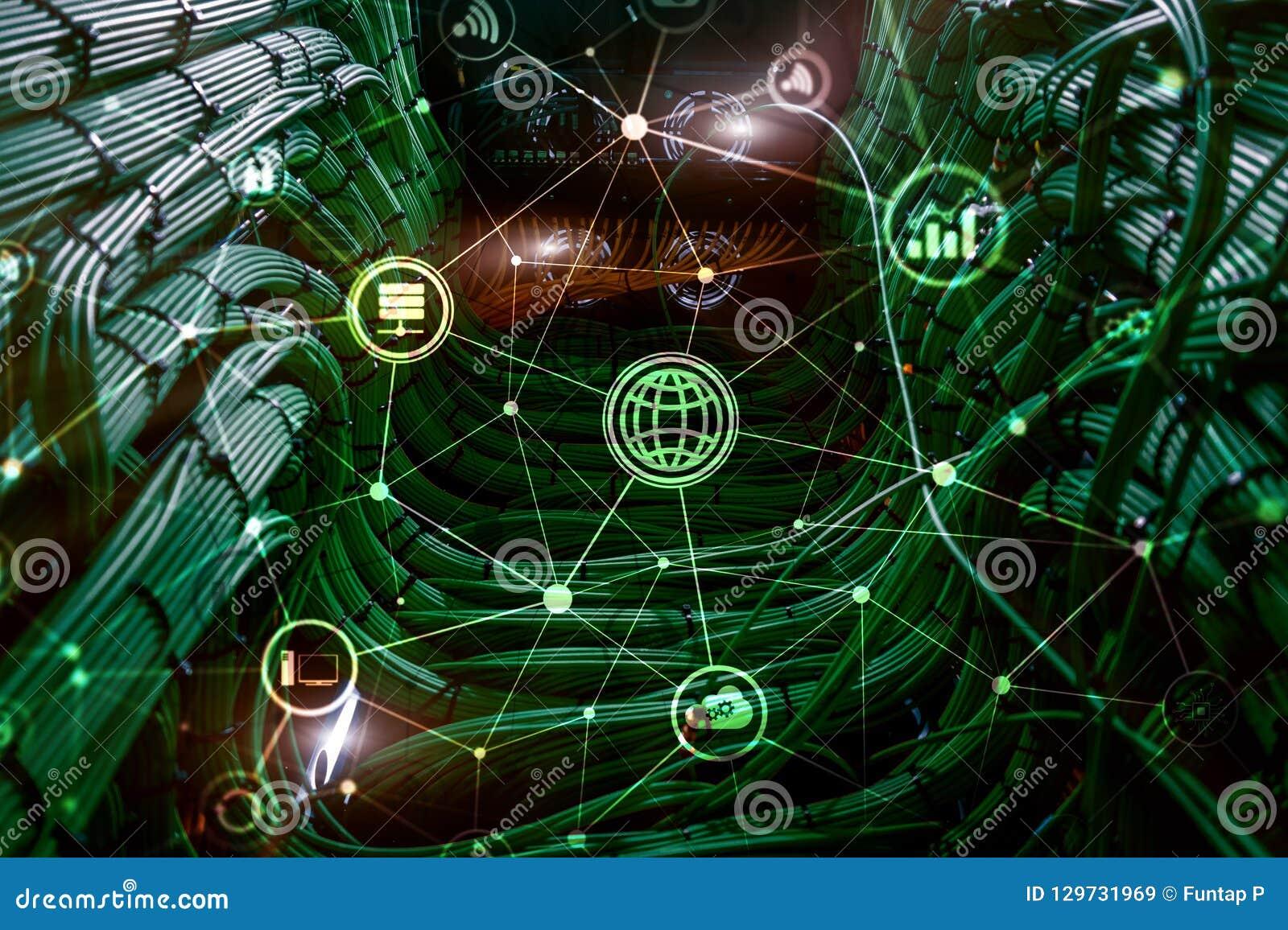 ICT - технология информации и радиосвязи и IOT - интернет концепций вещей Диаграммы с значками на задней части комнаты сервера