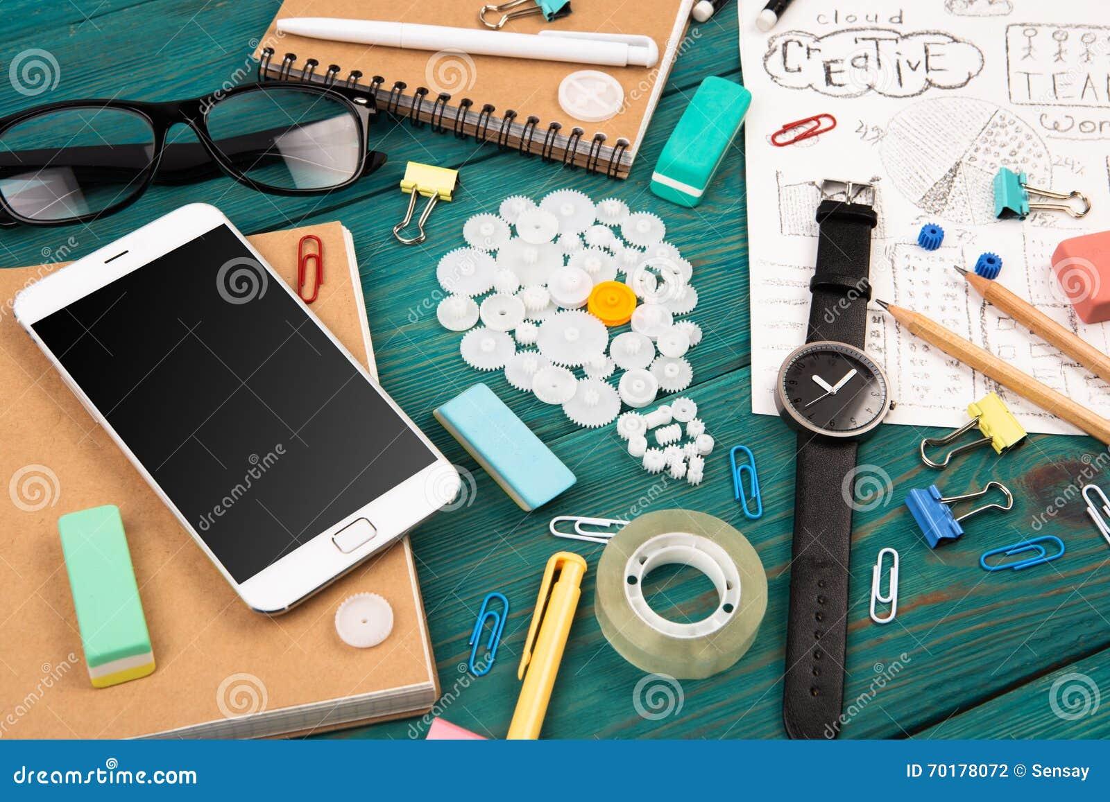 Idébegreppet - ringa, håll ögonen på, notepads, blyertspennor och kontorssupplien