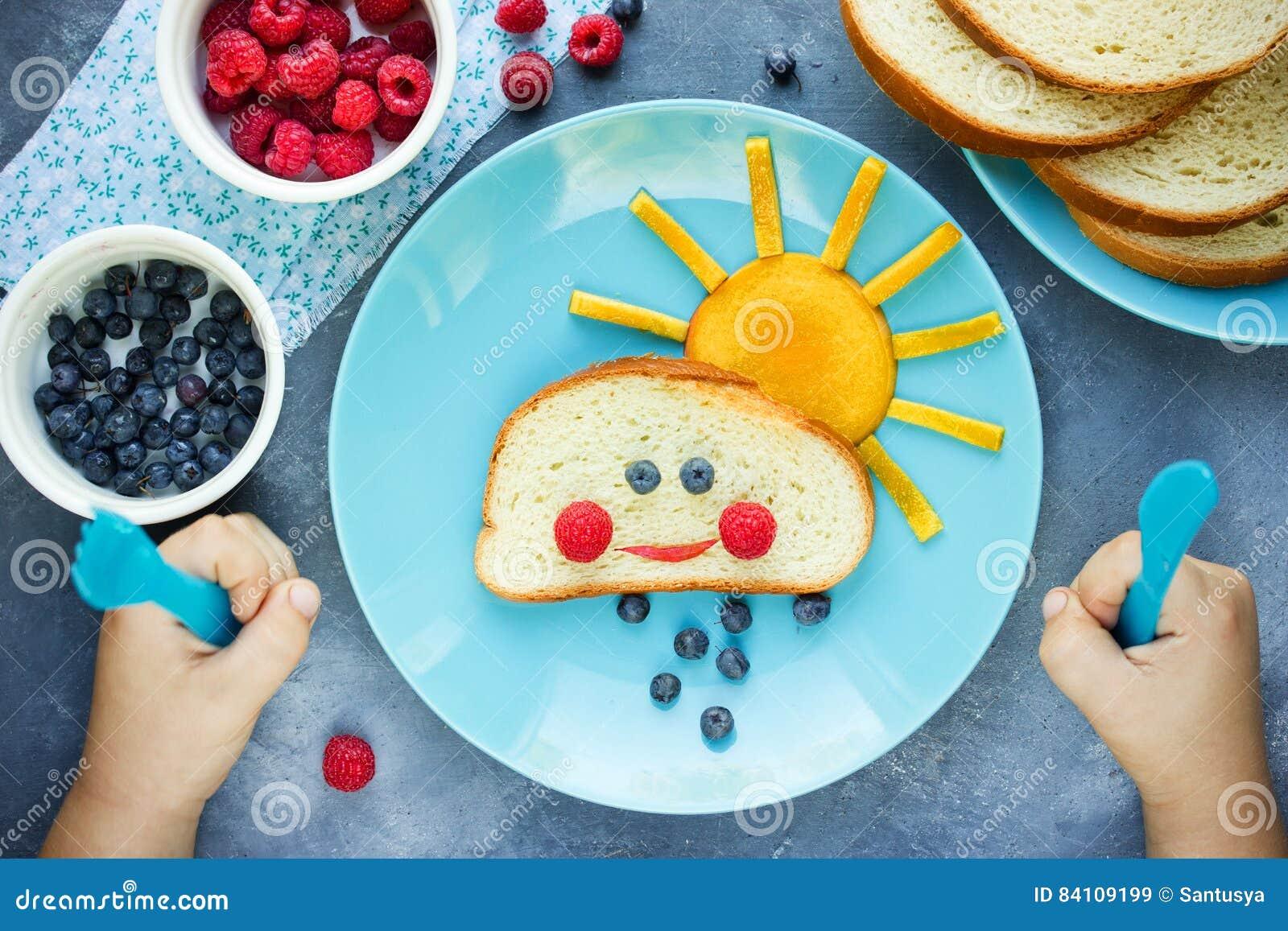 Id E Cr Ative De Petit D Jeuner Pour Des Enfants Panez Le Petit Pain Avec Le Fruit Et Le Berr