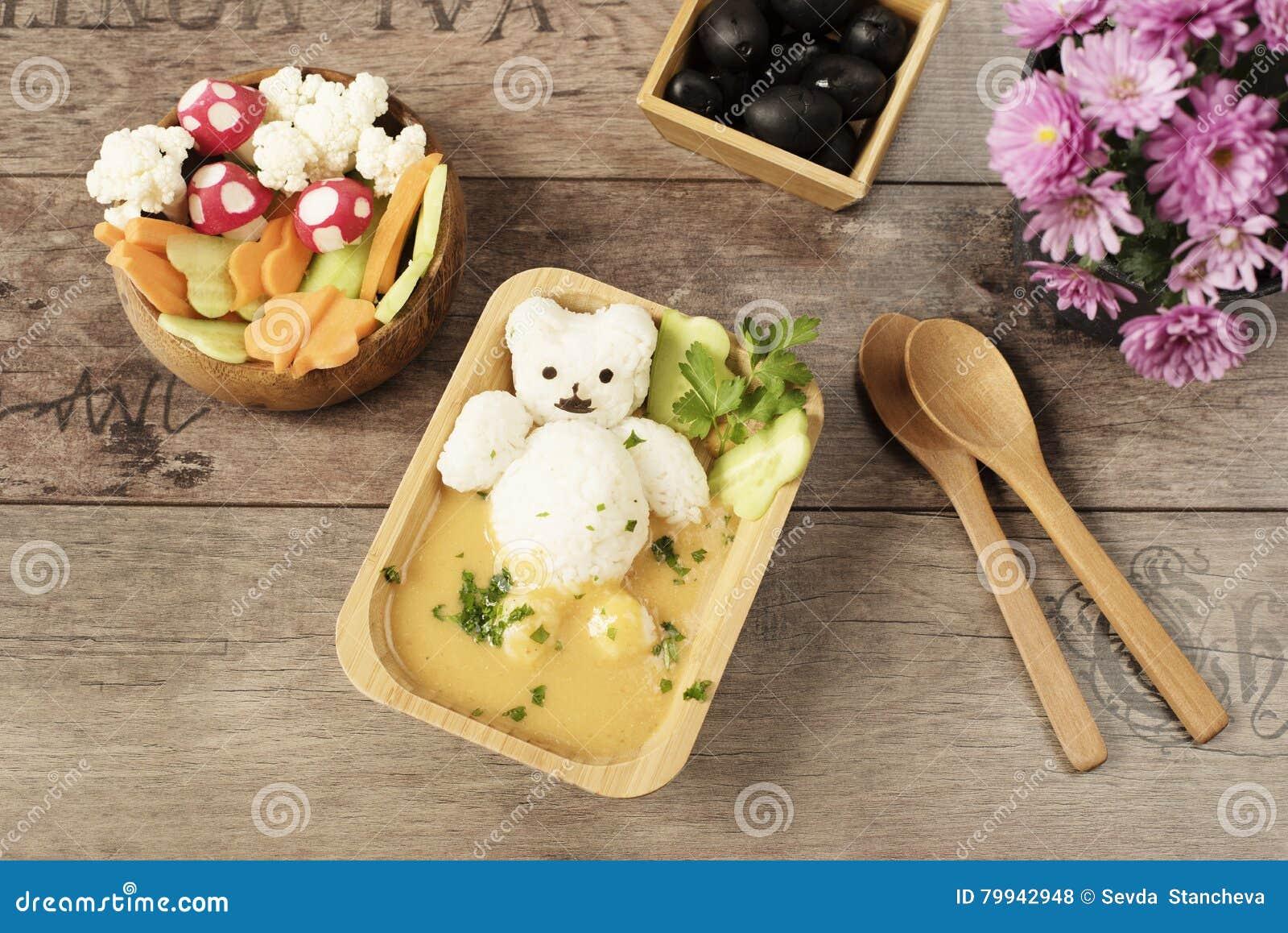 Idée créative pour des enfants déjeuner ou dîner Aliments pour animaux d enfants Bath avec l ours de riz et la soupe à crème Cham