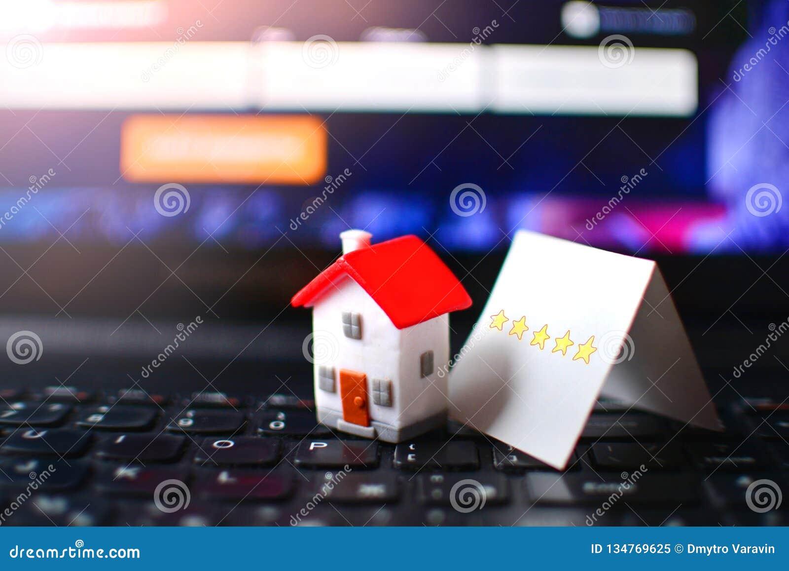 Idée d examen de cinq étoiles Concept d estimation d Internet d hôtel