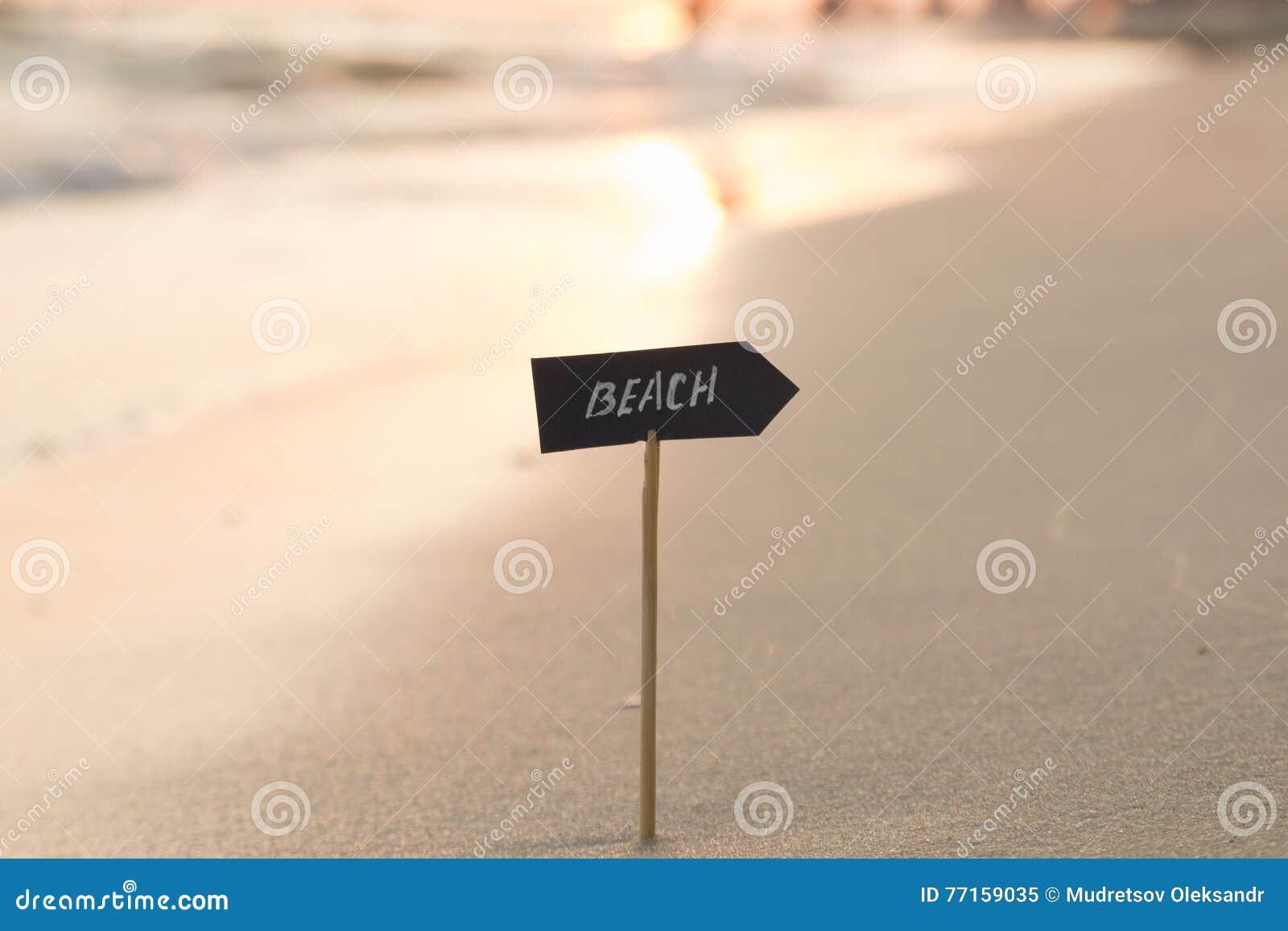 Idée de vacances, de voyage ou de vacances - échouez le signe et le coucher du soleil