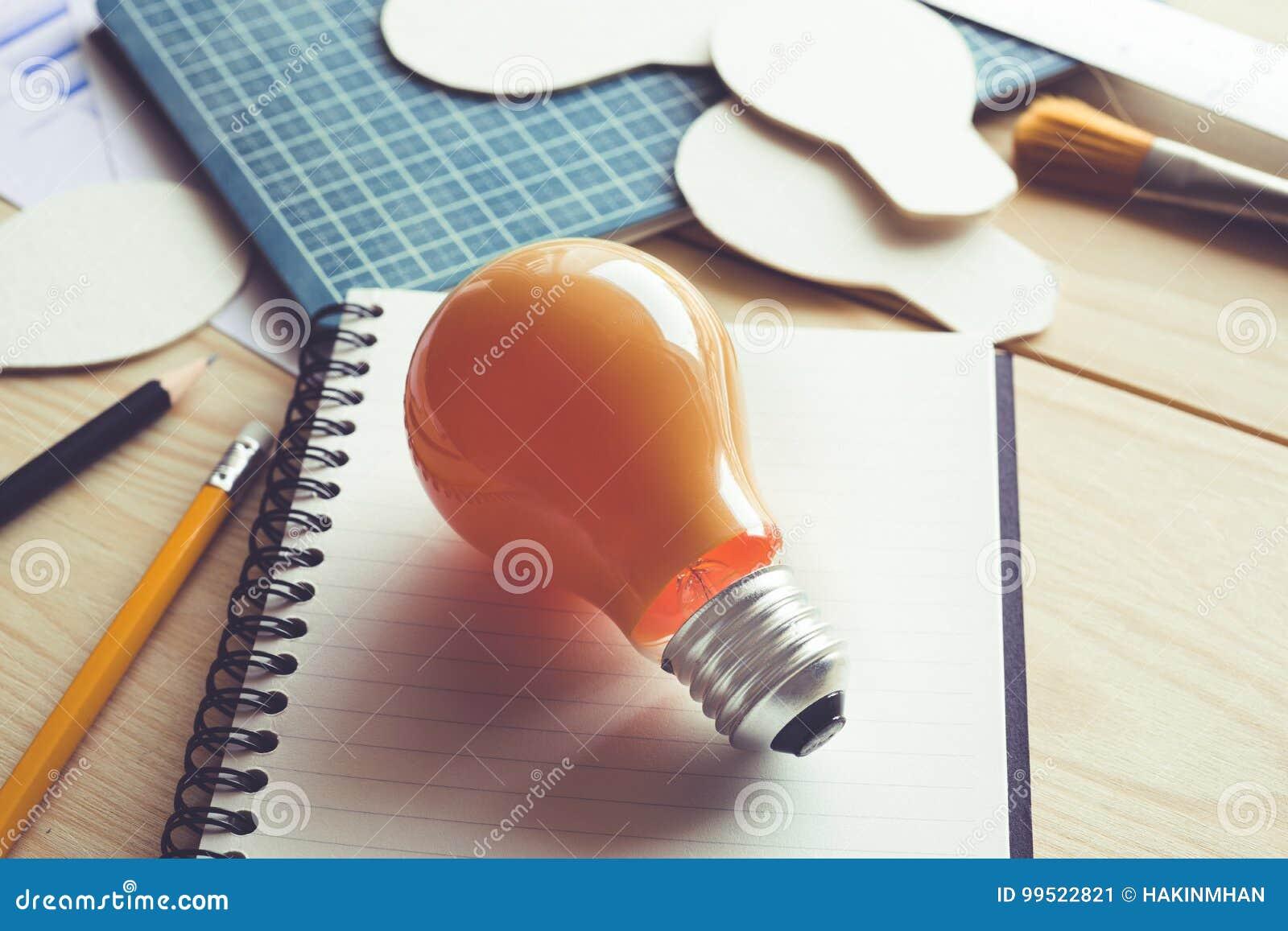 Idées d affaires avec l ampoule sur la table de bureau Créativité, éducation