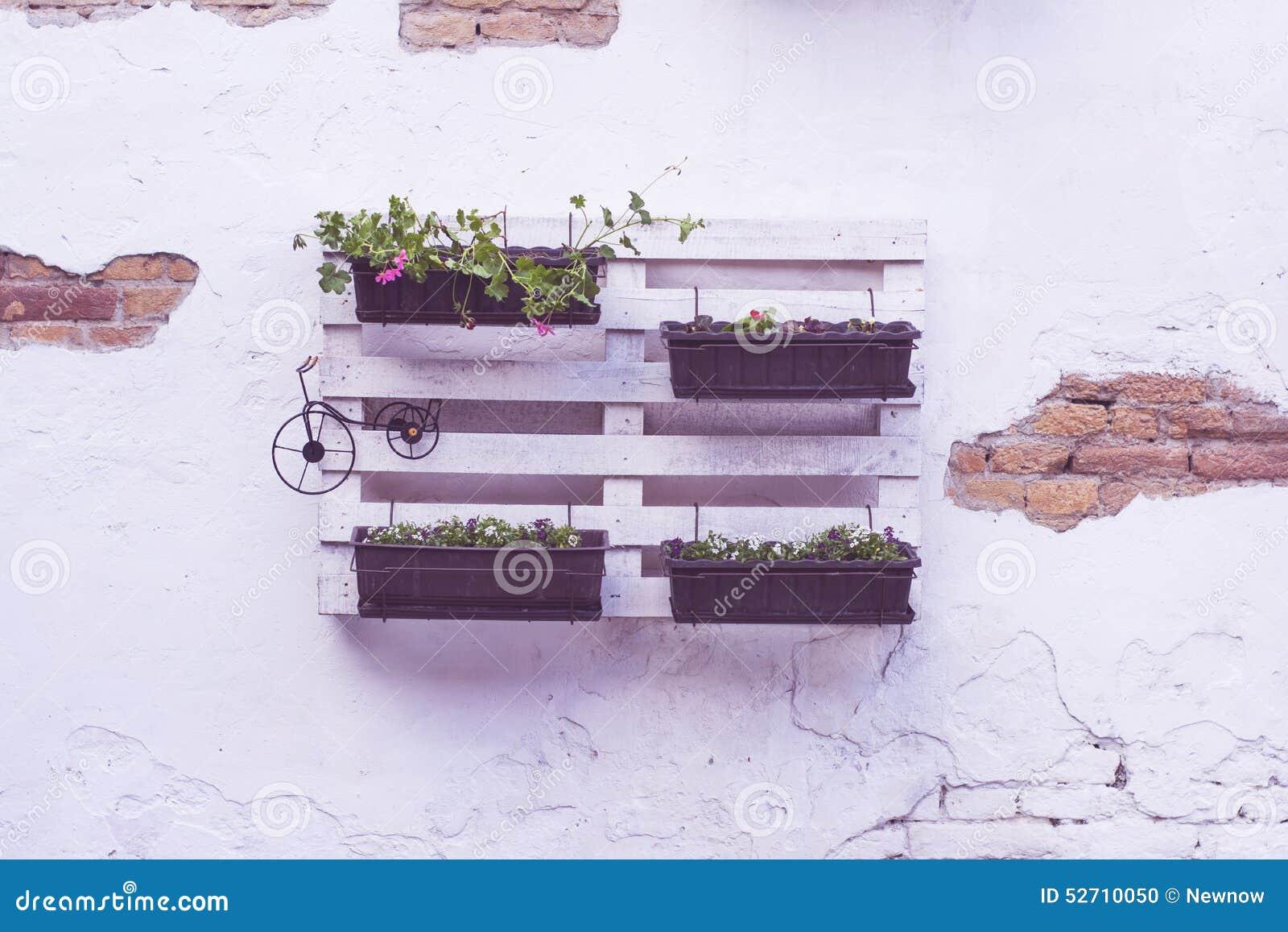 id es de palette pour des pots de fleurs photo stock. Black Bedroom Furniture Sets. Home Design Ideas
