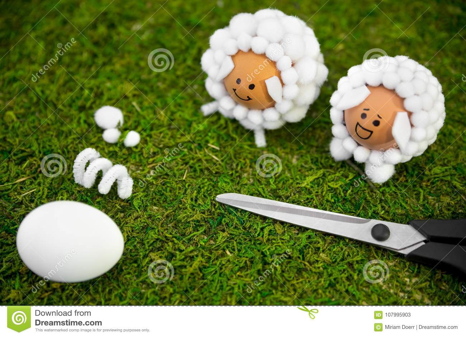 Idées de travail manuel de Pâques avec des oeufs et des boules de coton, diy et l individu