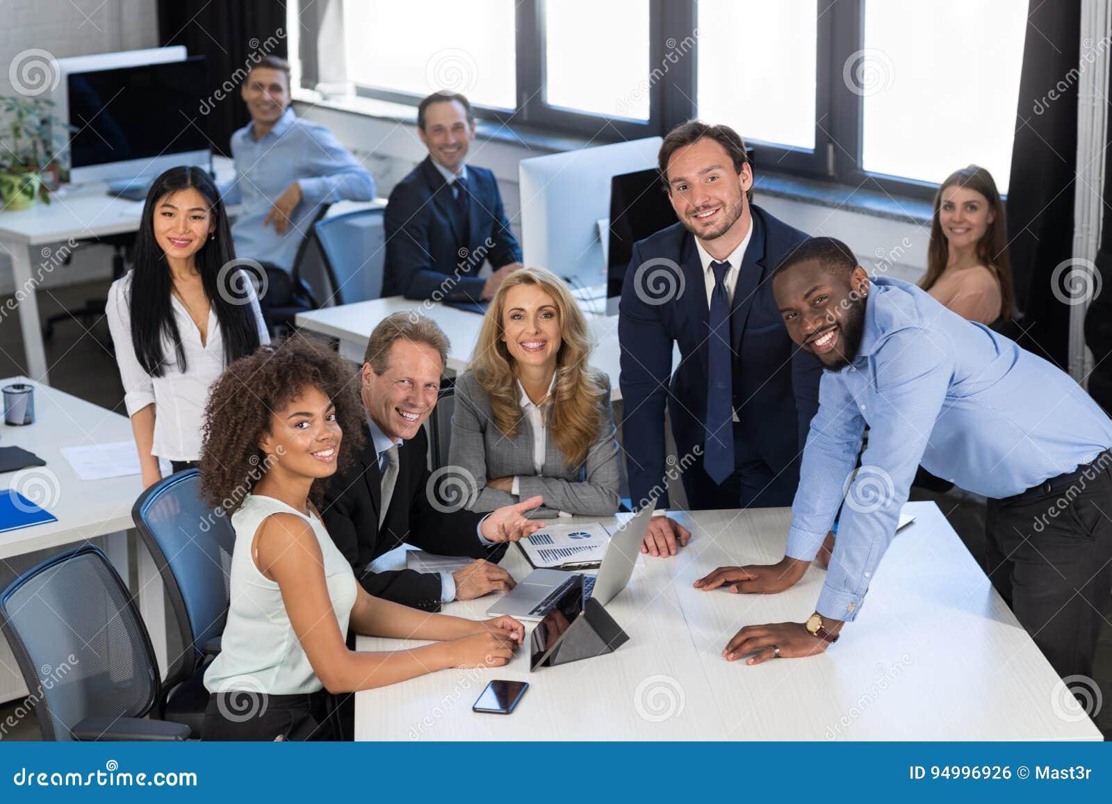 Idékläckningprocess, affär Team Discussing Project During Meeting i det moderna kontoret, teamworkbegrepp, grupp av