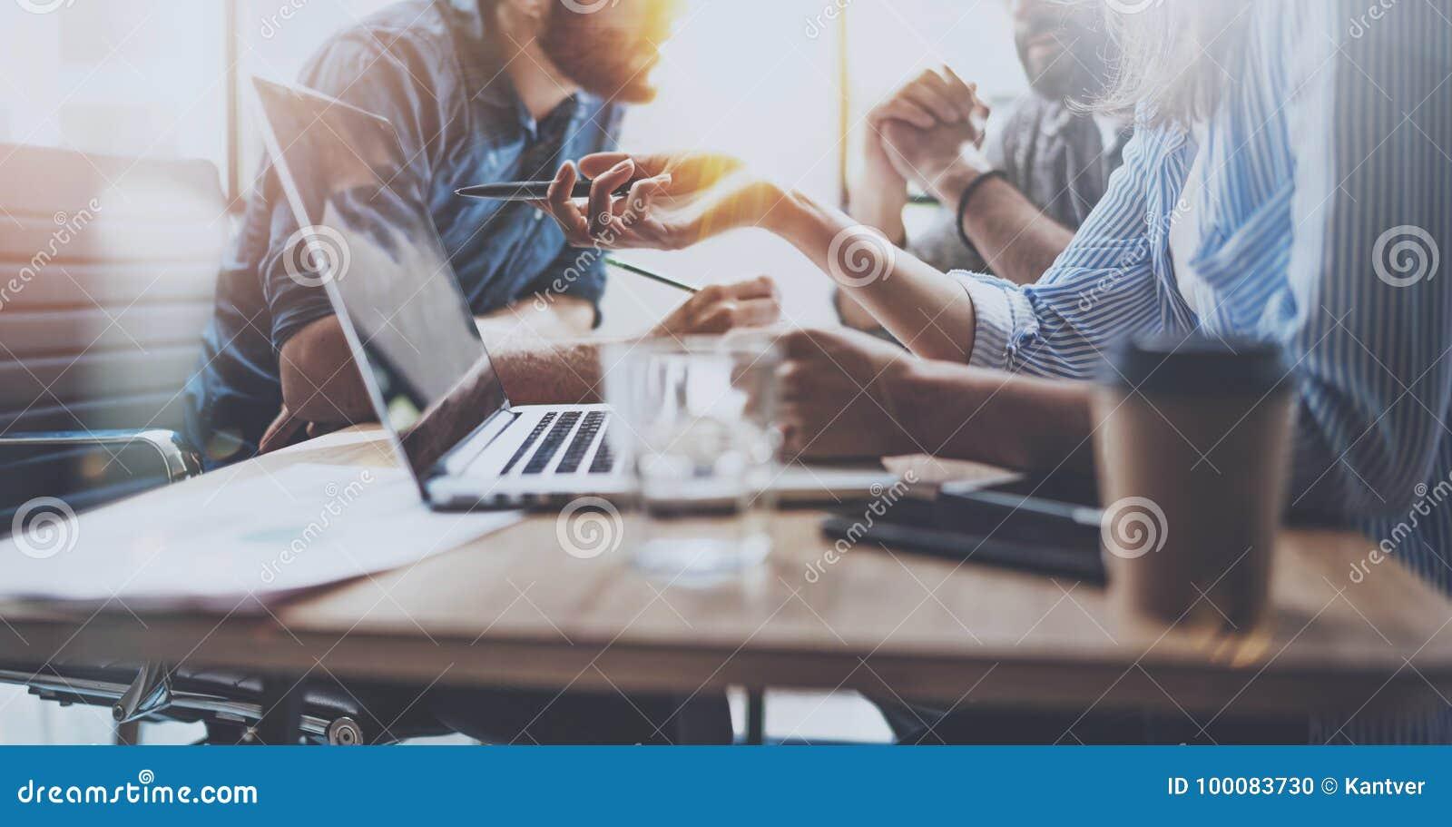 Idékläckningprocess på det soliga kontoret Unga coworkers arbetar tillsammans den moderna kontorsstudion Ungdomarframställning