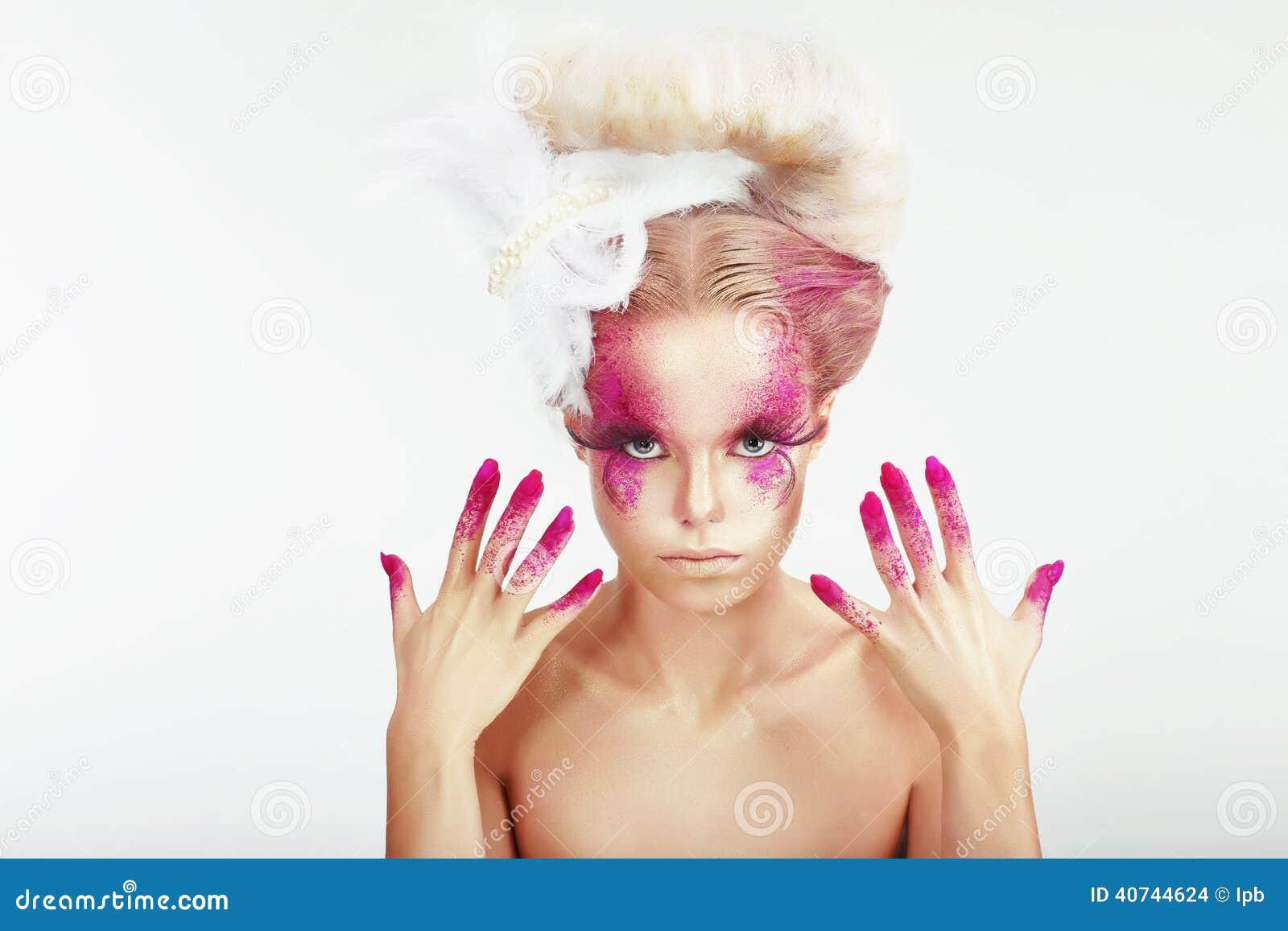 Idérik makeup Kvinnas prickiga framsida och nedfläckade fingernaglar