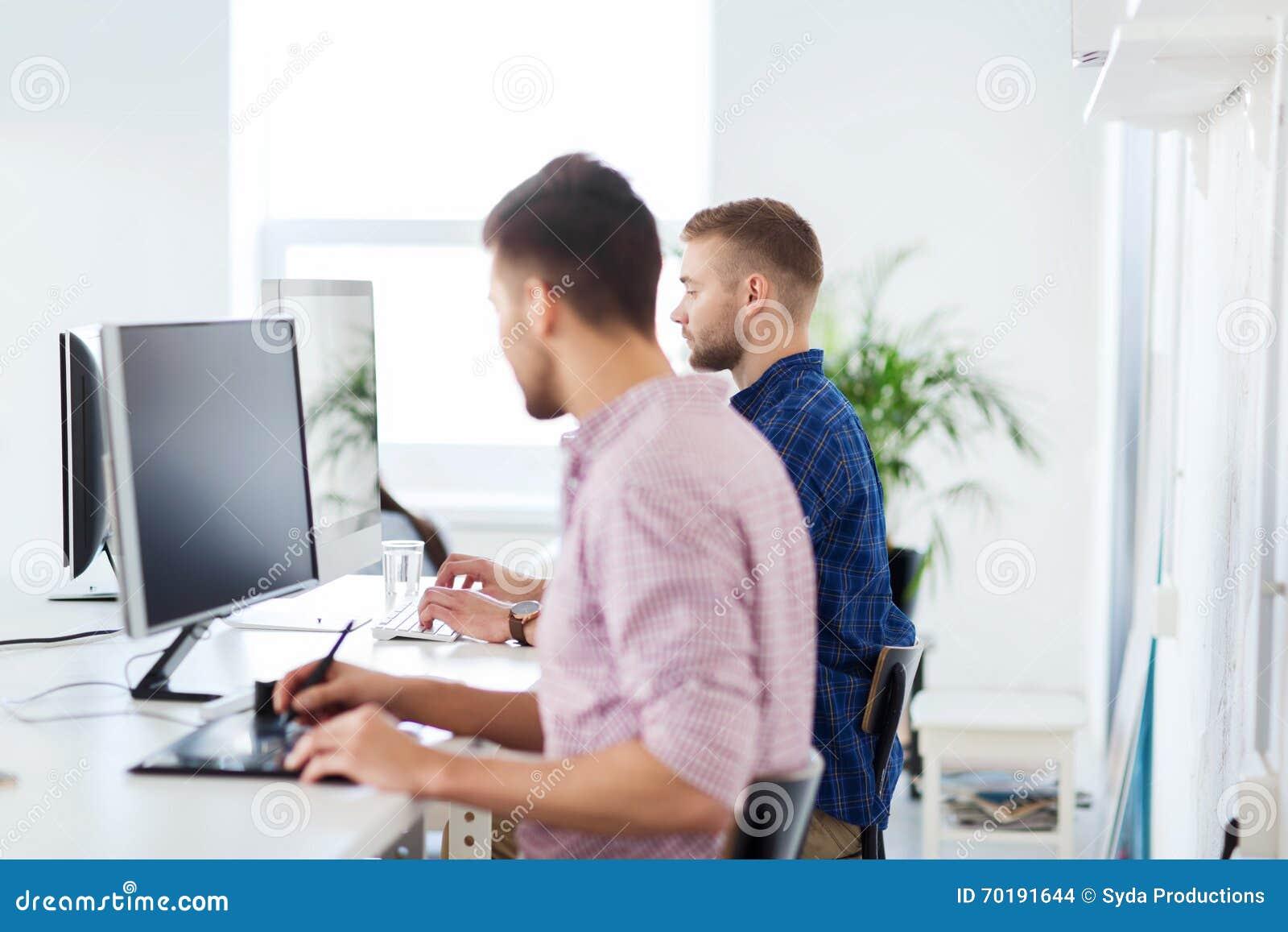 Idérik man eller student med datoren på kontoret