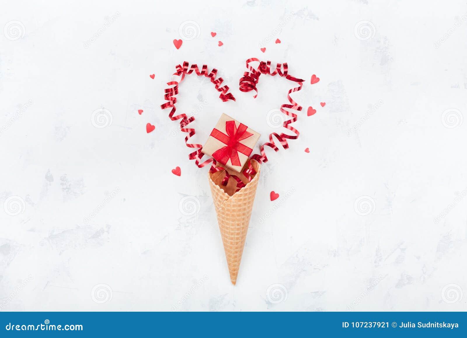 Idérik sammansättning för valentindag med dillandekotten, gåva eller närvarande ask och hjärtor på bästa sikt för vit bakgrund Le