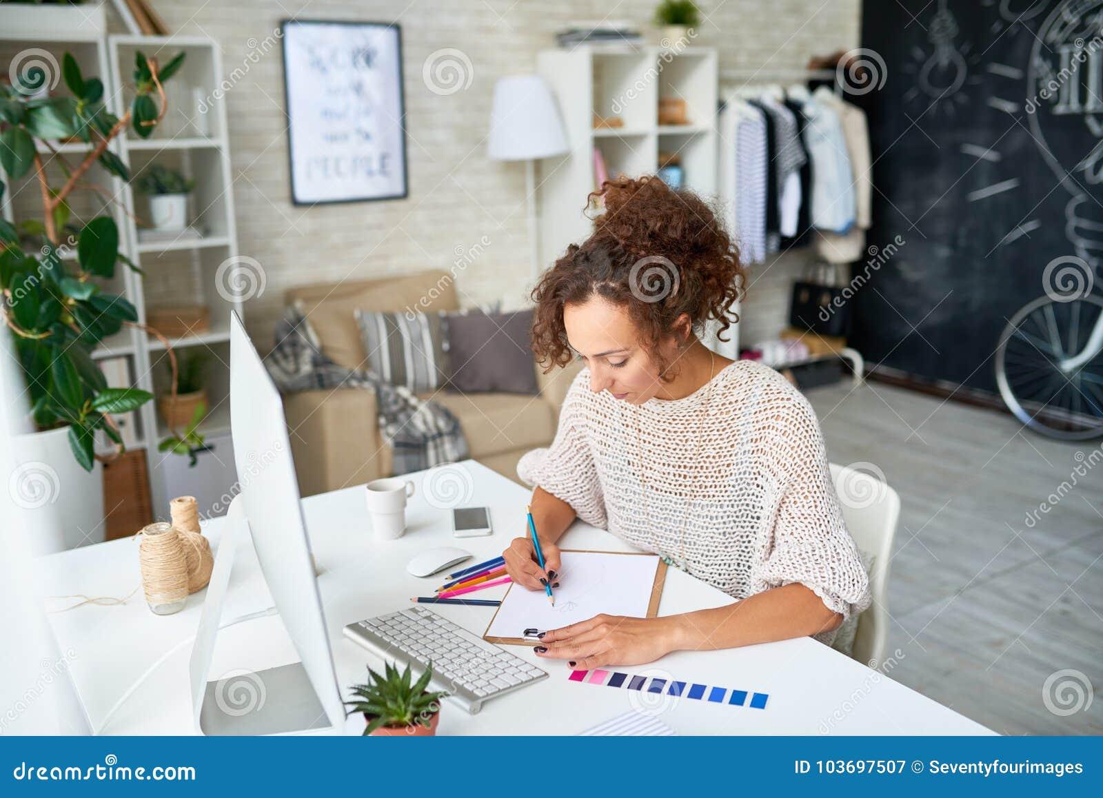 Idérik ung kvinna som hemifrån arbetar
