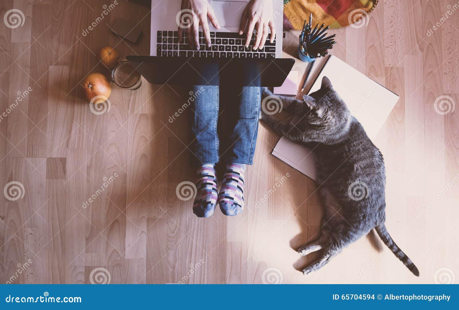 Idérik workspace: flicka som arbetar på datoren - som hjälps av henne