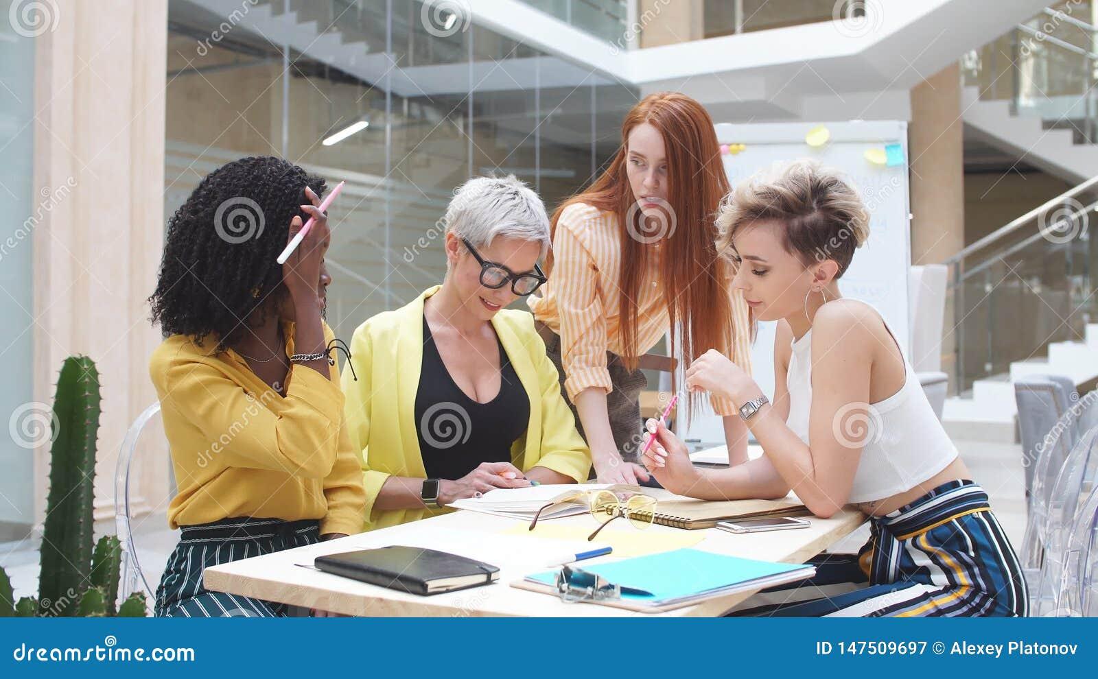 Idérika kvinnor som vänder mot problemet, glamourlag som har en samling av idéer arkivfilmer